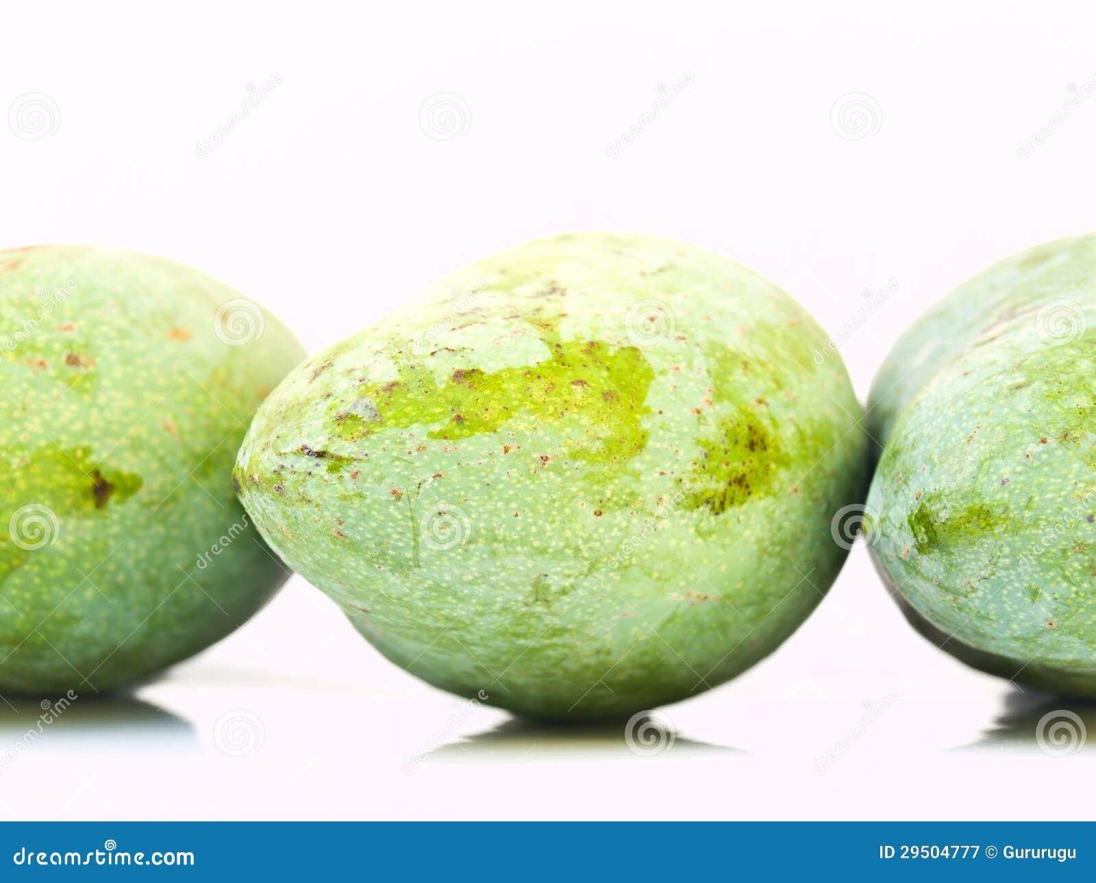 Groene mango s van Thailand dat op witte rug wordt geïsoleerdt