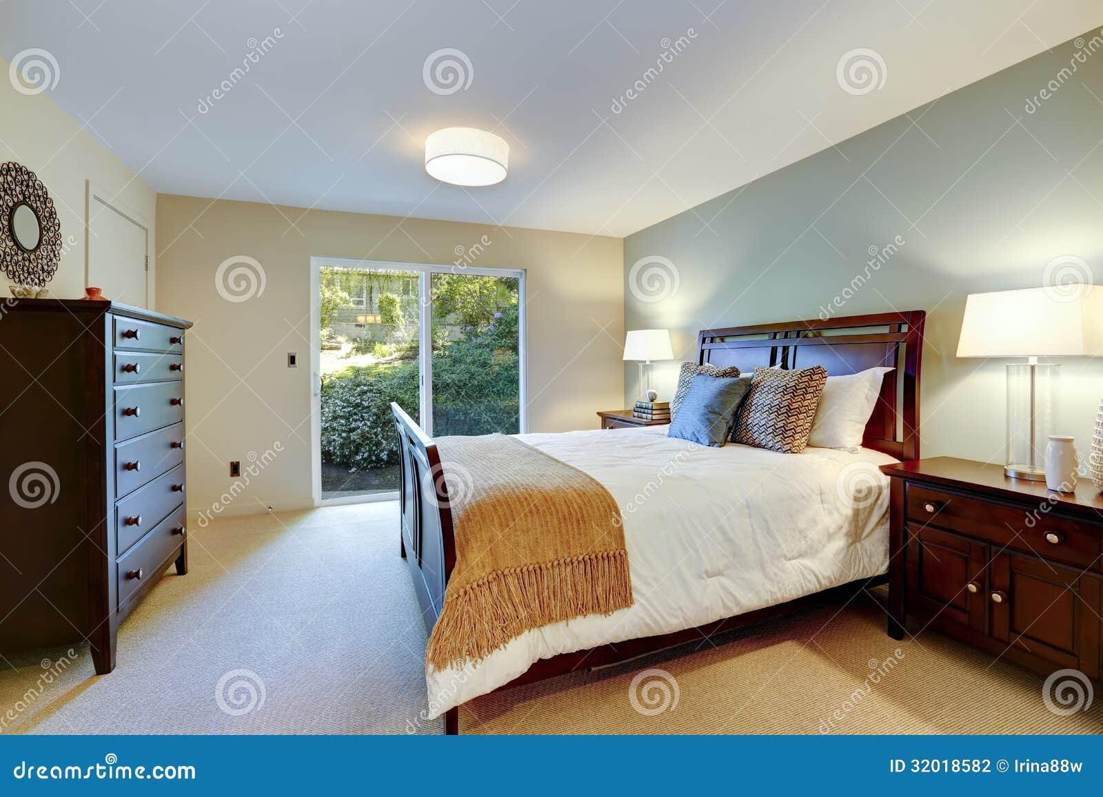 Groene mooie slaapkamer met klassiek meubilair en deur aan for Mooie slaapkamer