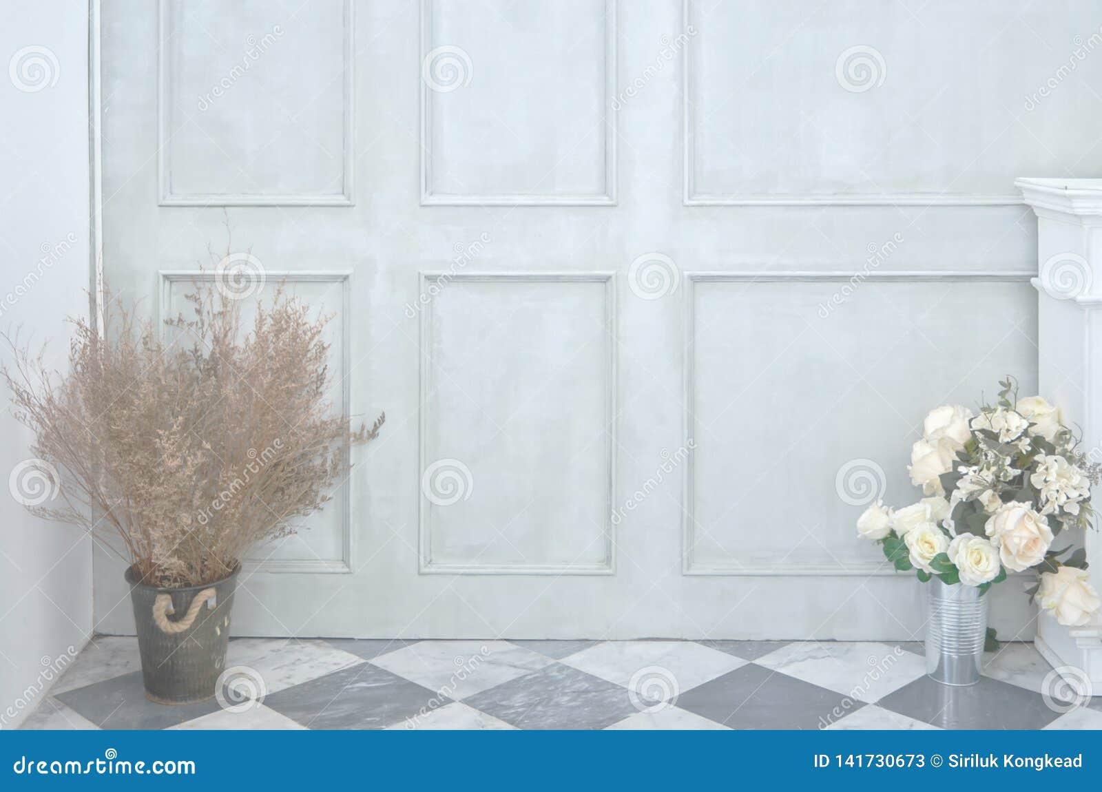 Groene muur en bloemvaas