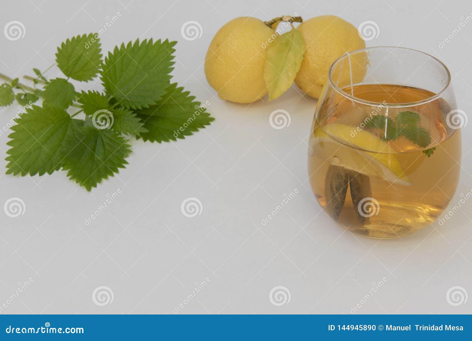 Groene netelthee met citroen