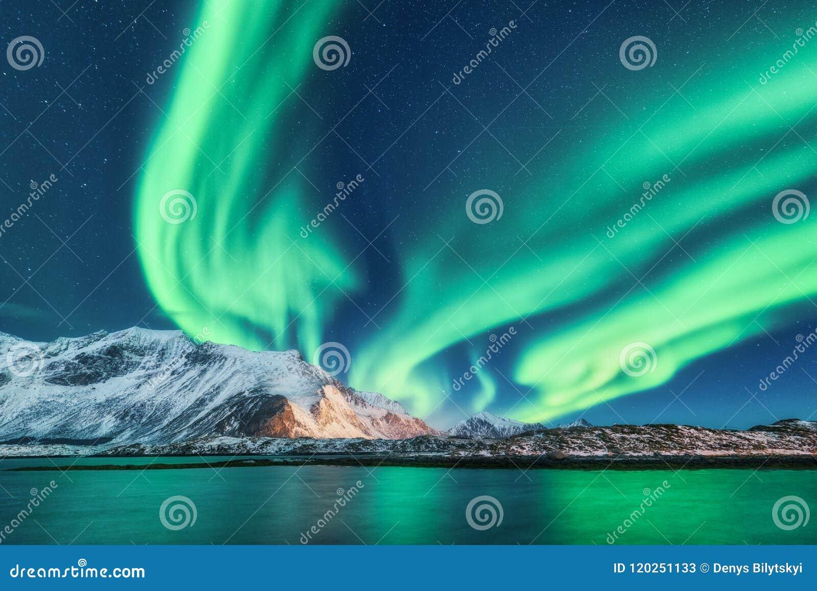Groene noordelijke lichten in Lofoten-eilanden, Noorwegen Aurora Borealis