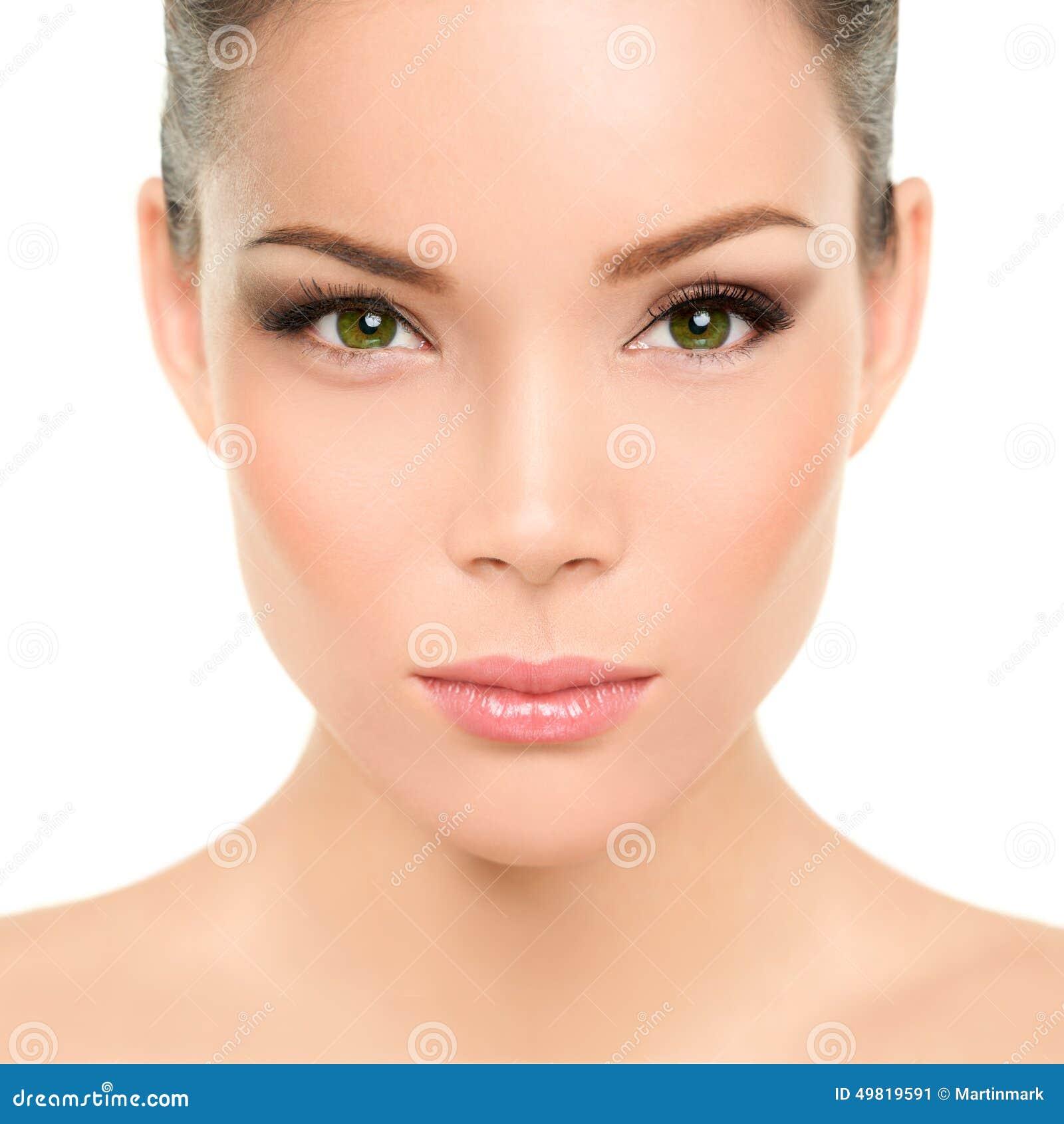 Groene ogen Aziatische vrouw met perfecte schoonheidsmake-up