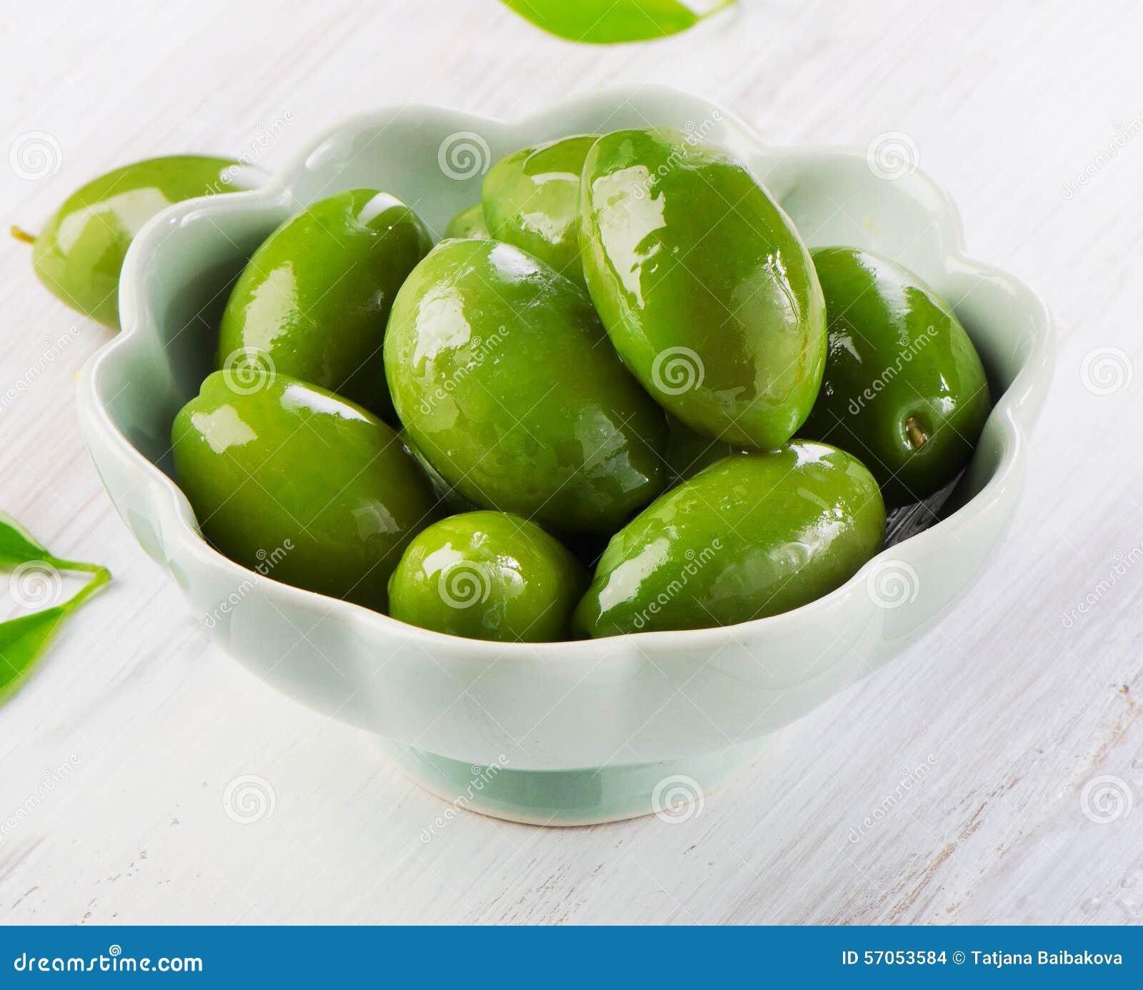 Groene olijven in witte kom