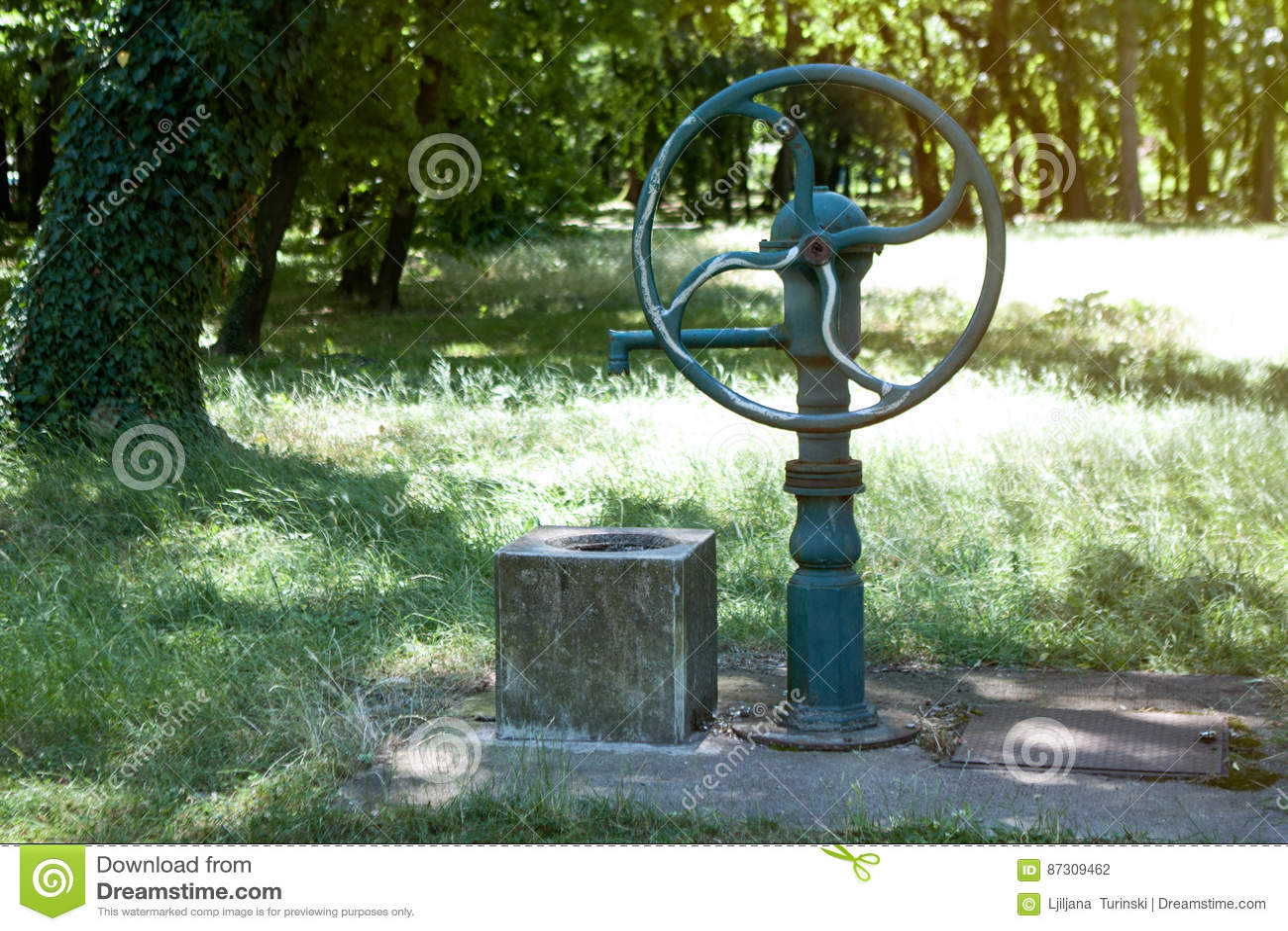 Verbazingwekkend Groene Oude Waterput En Pomp Voor Water Stock Foto - Afbeelding LP-26
