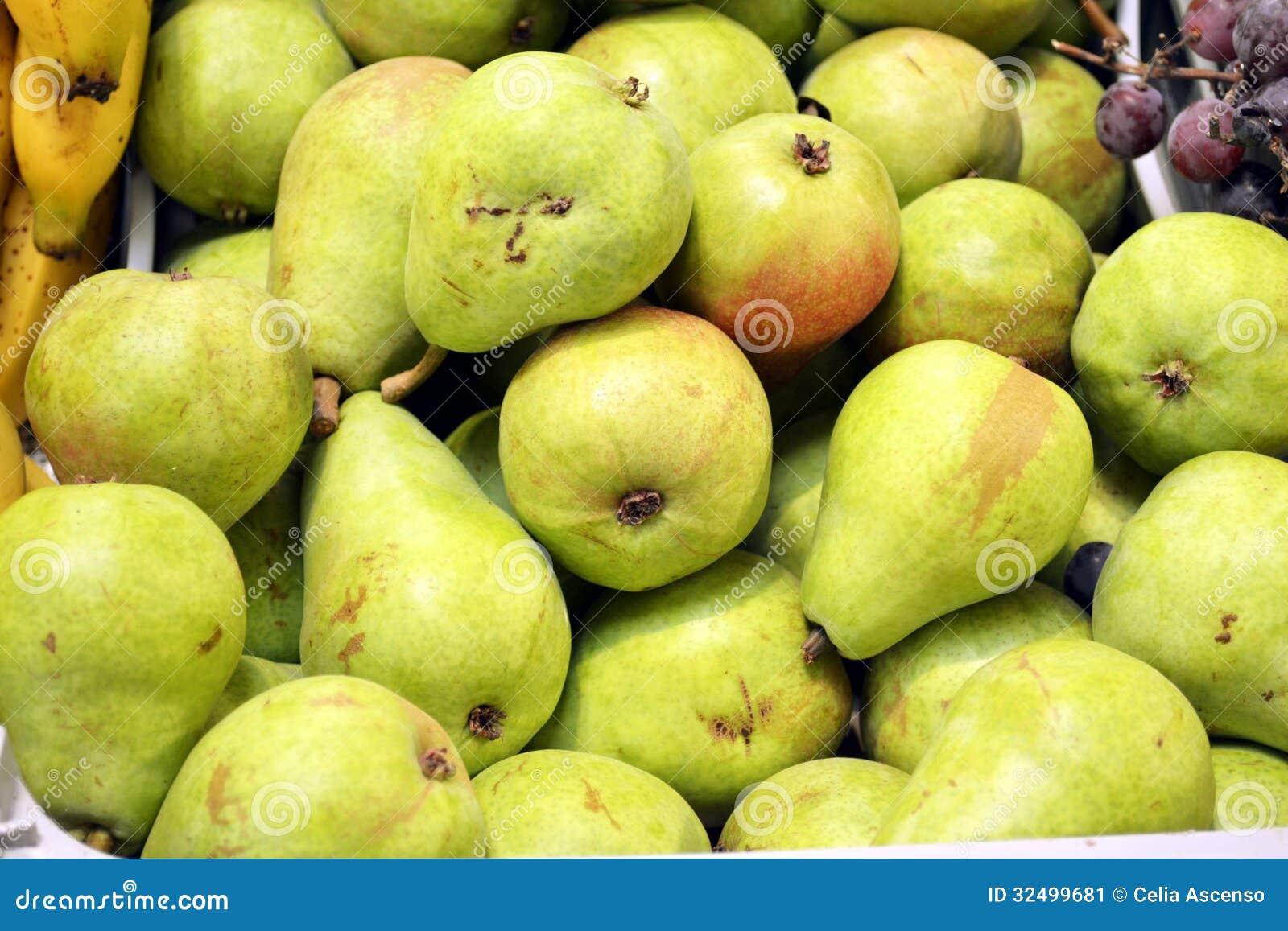 Groene perenstapel bij de markt