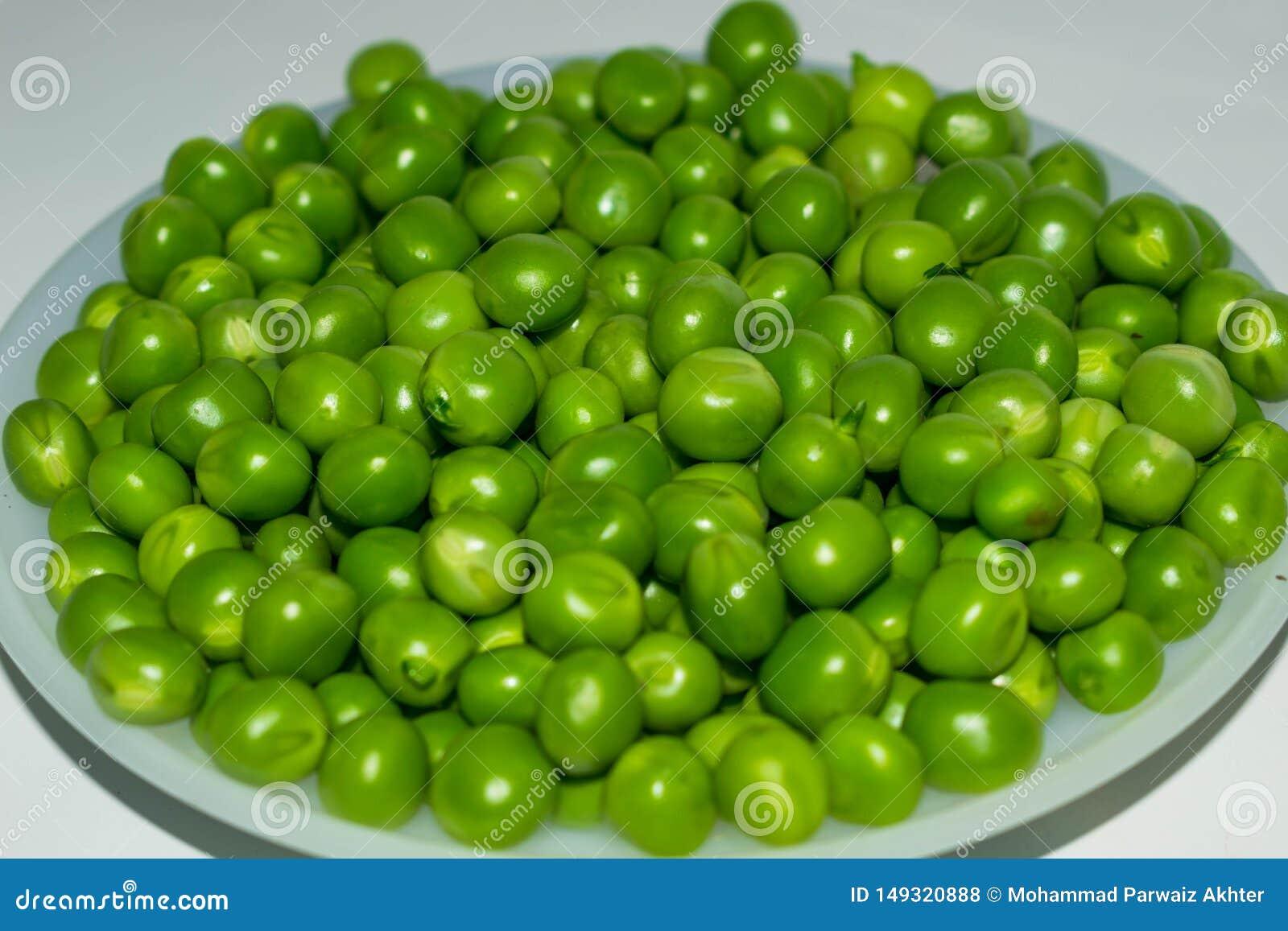 Groene peul, groene erwten in een witte kom