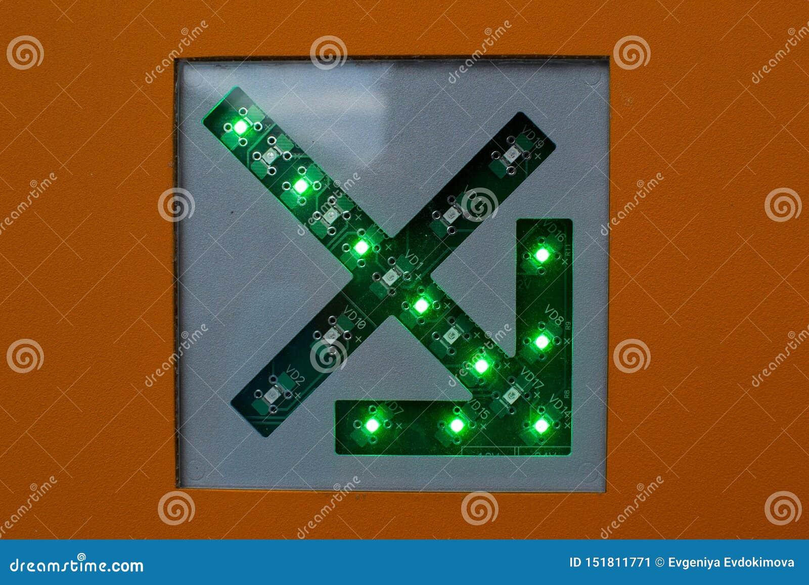 Groene pijl op schakelschema dichte omhooggaand