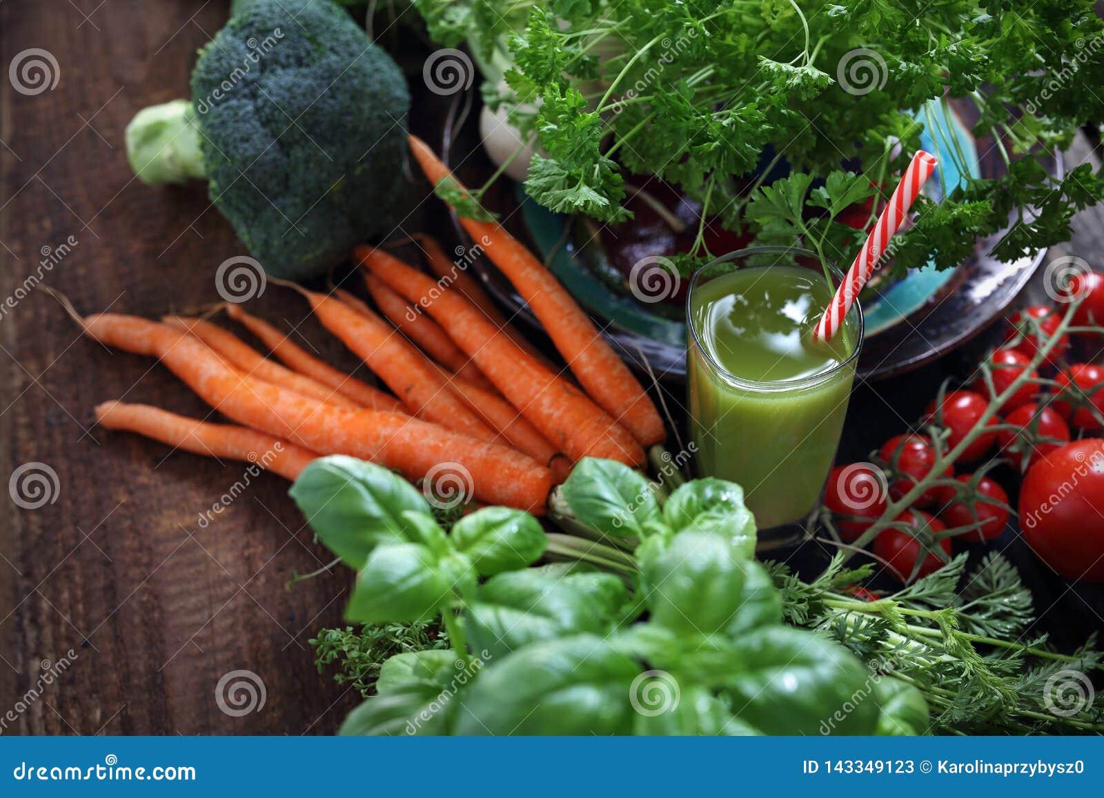Groene plantaardige smoothie Organische groenten rechtstreeks van de tuin en een glas van drank