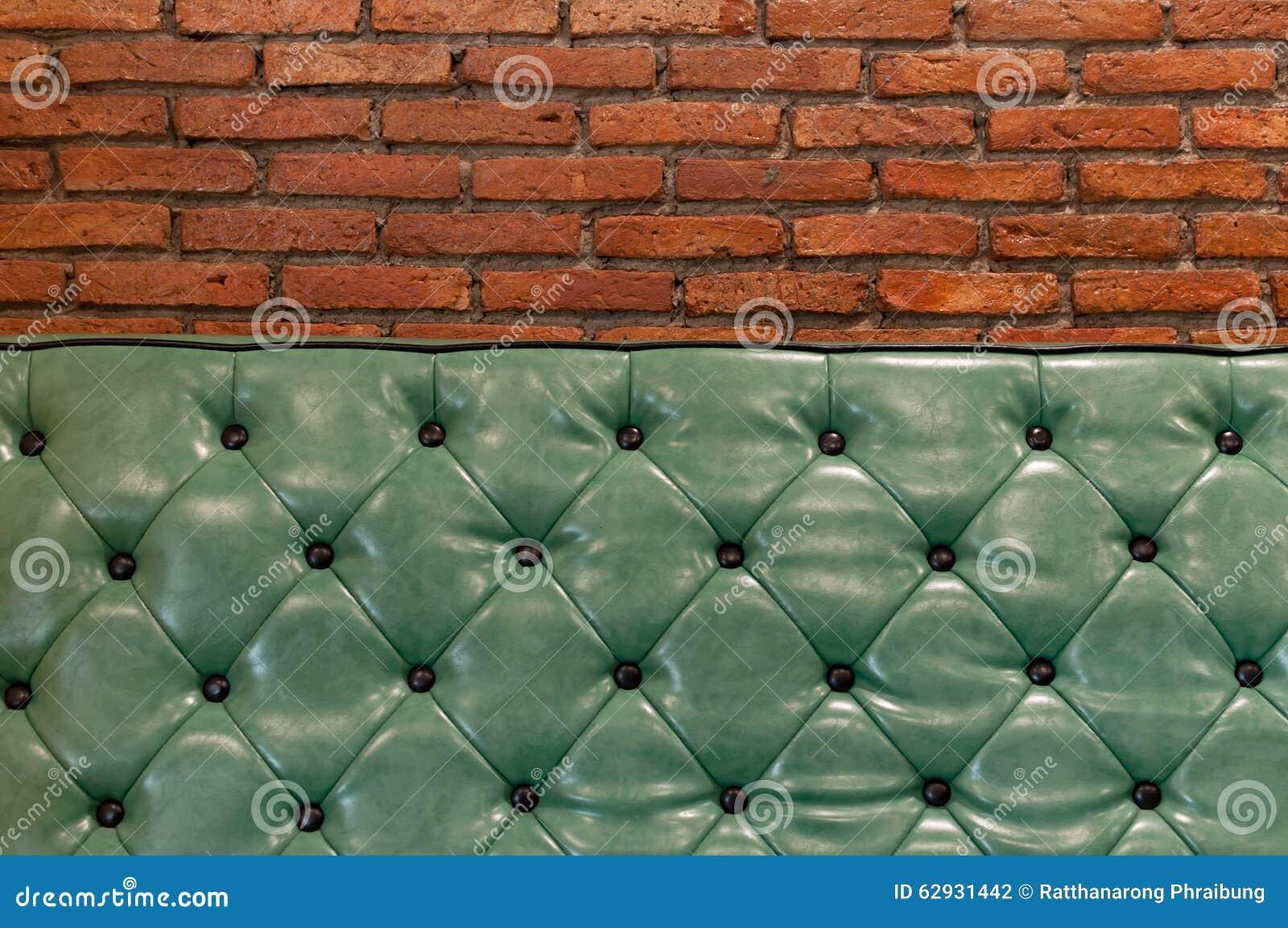 Groene retro laag in een woonkamer met erachter bakstenen muur ...