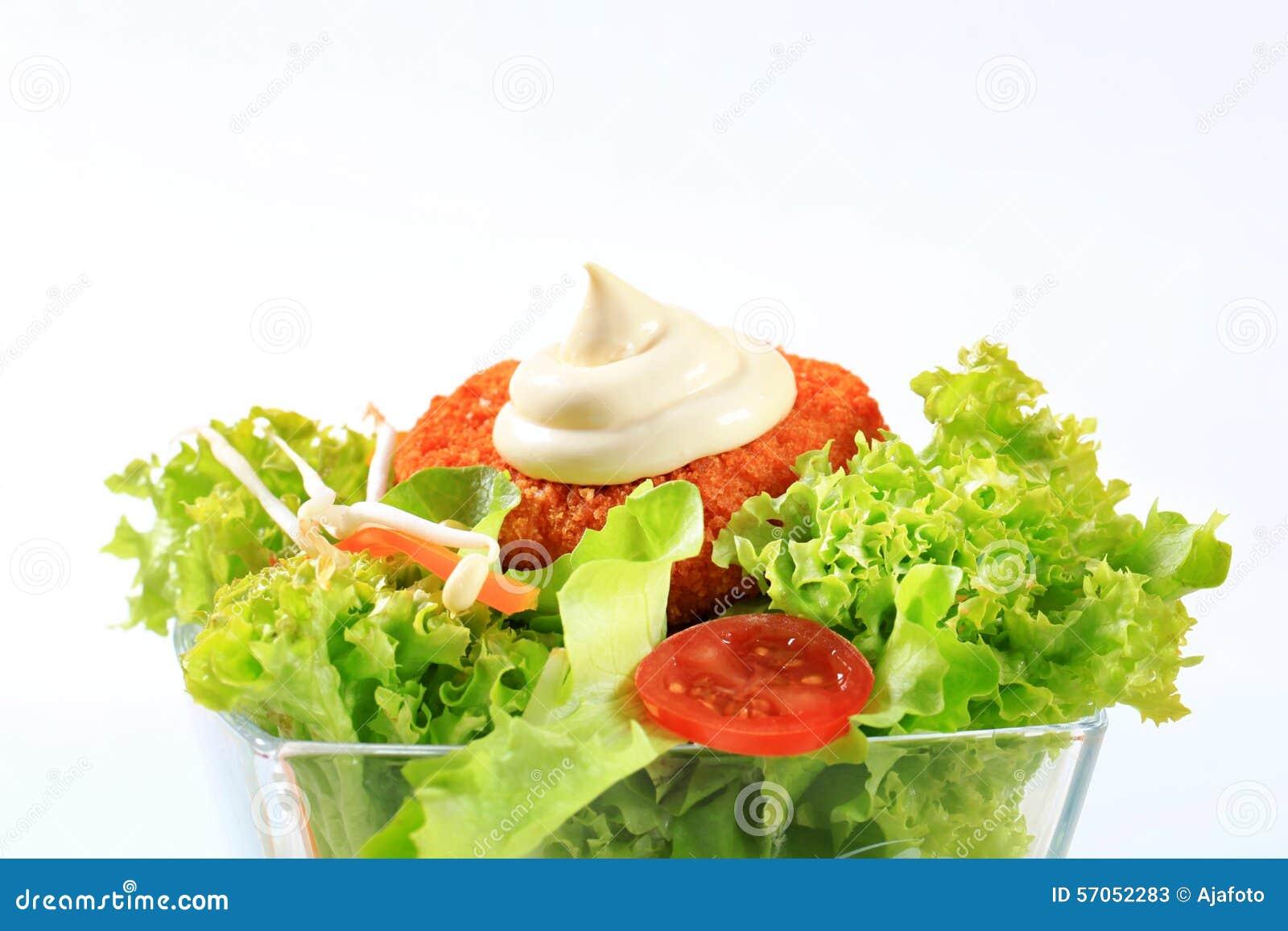 Groene salade met gebraden gepaneerde kaas