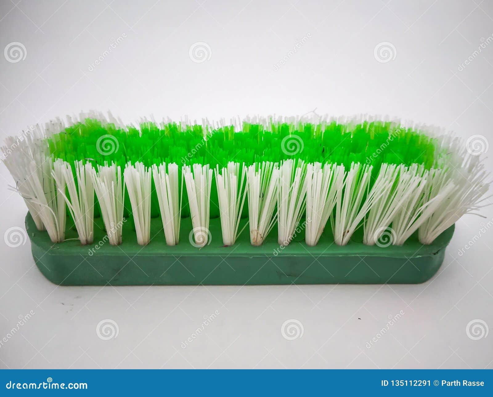 Groene schoonmakende die borstel met witte achtergrond wordt geïsoleerd