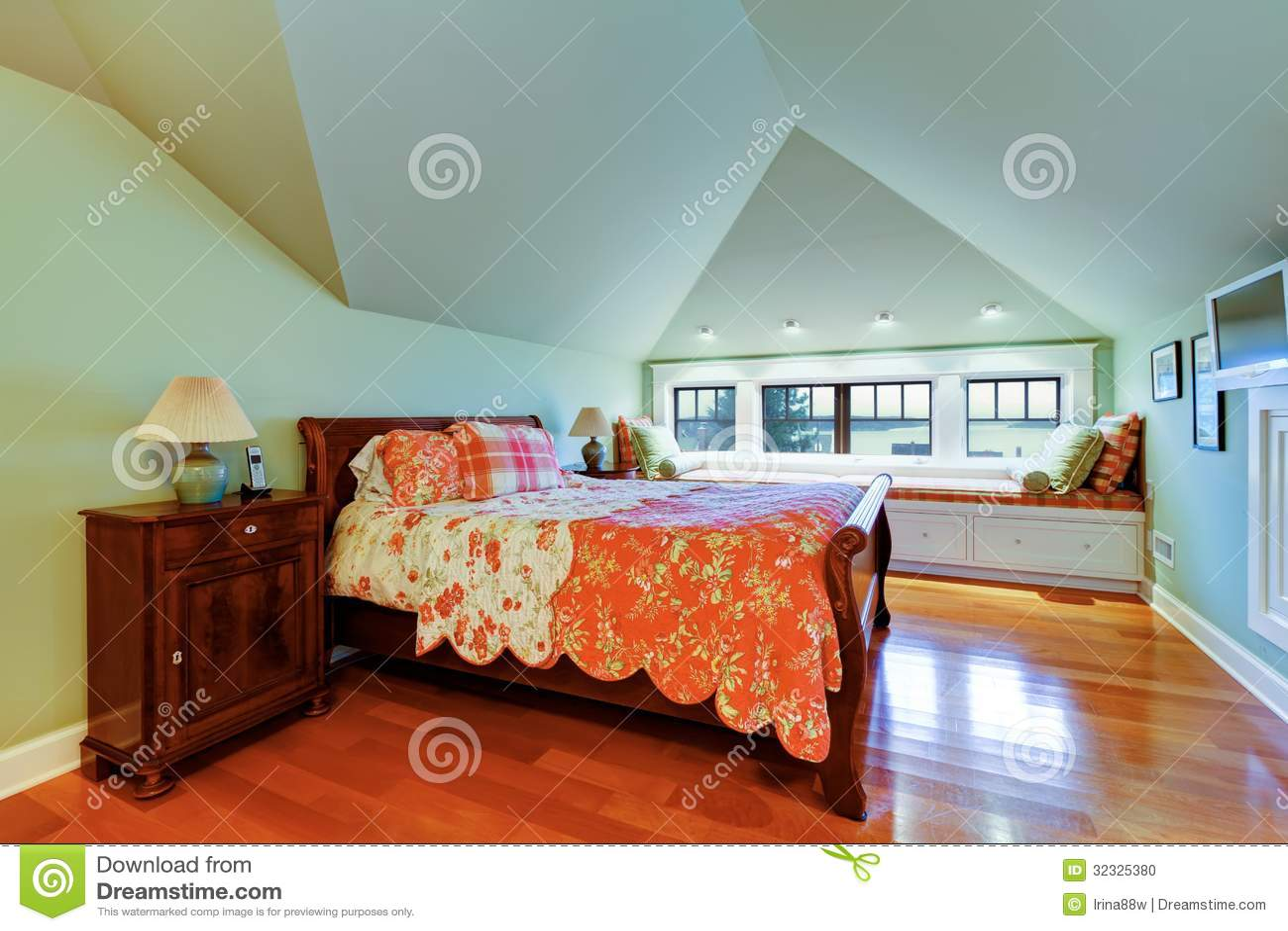 Groene slaapkamer met gewelfde plafond en vensterbank. stock foto ...