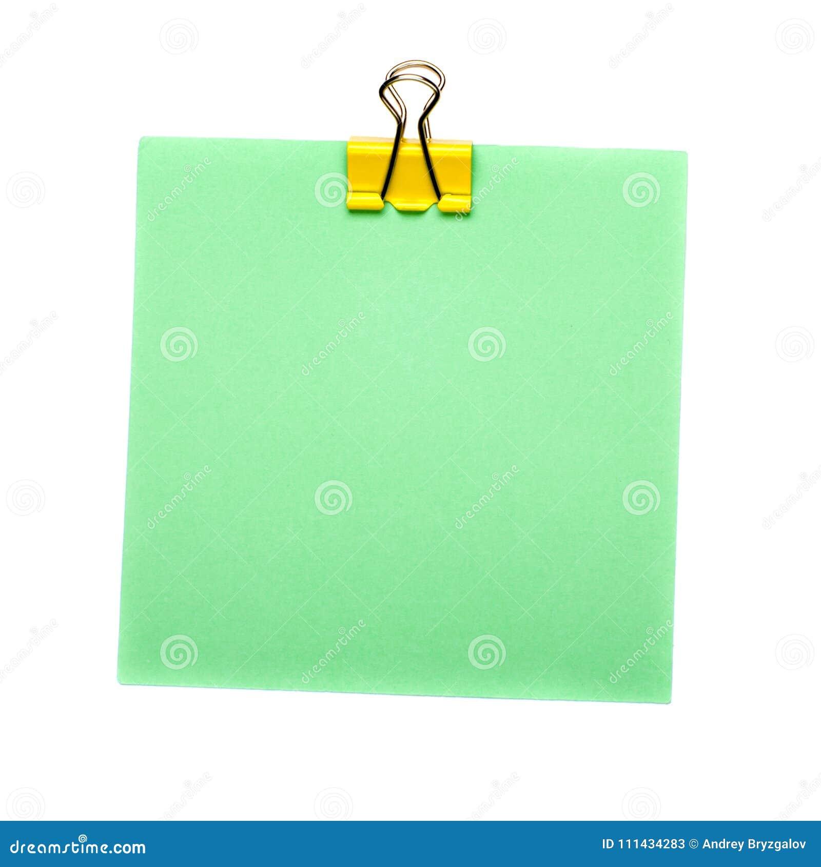 Groene Stoknota met gele die papercliphouder op witte achtergrond wordt geïsoleerd Spot omhoog