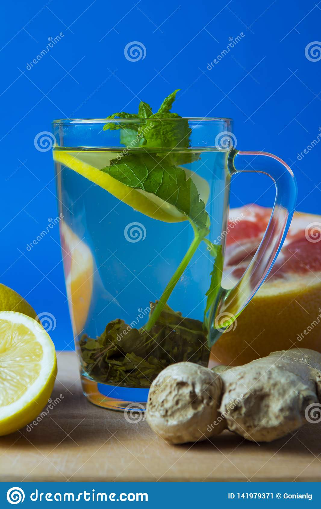 Groene thee met citroen, gember, grapefruit, munt Achtergrond voor een uitnodigingskaart of een gelukwens