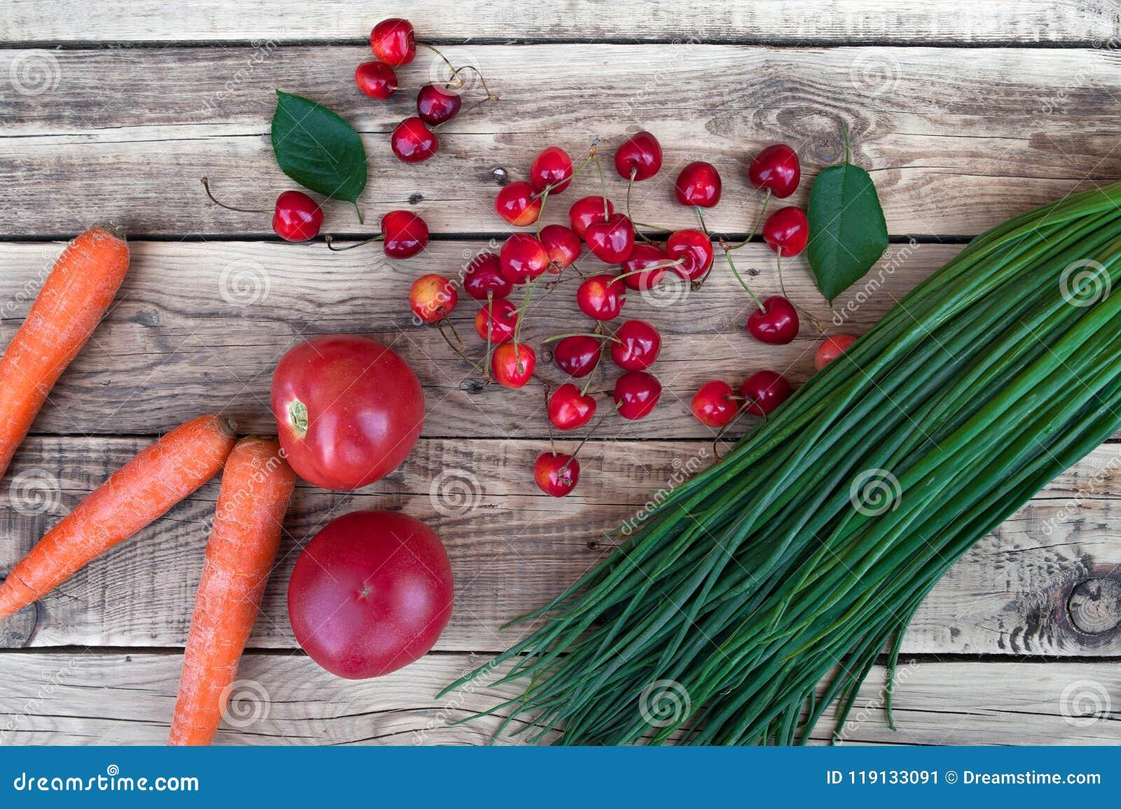 Groene uien, gewassen wortelen, rode tomaten, groenten