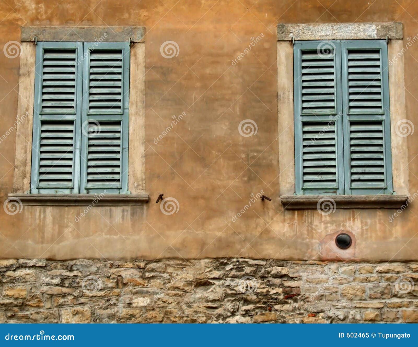 Groene vensters en oranje muur