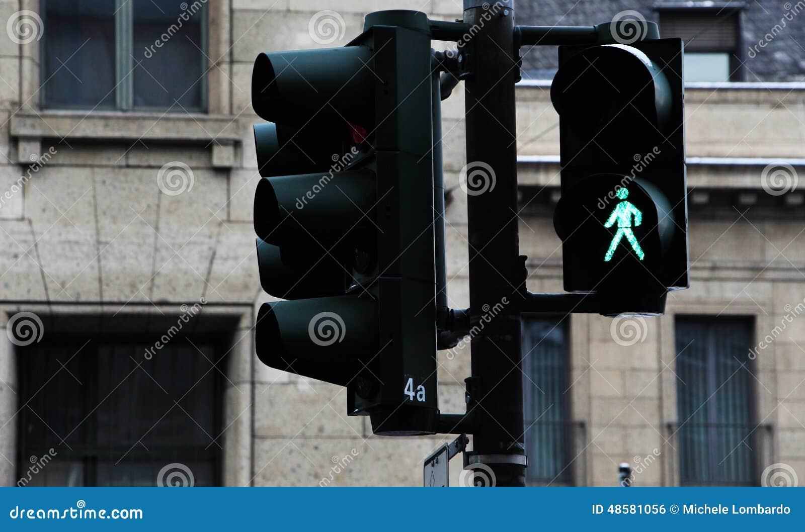 Groene voetgangersoversteekplaatslichten en verkeerslichten,