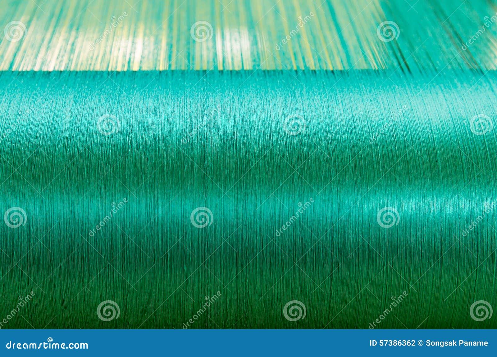 Groene zijde op een scheeftrekkend weefgetouw van een textielmolen