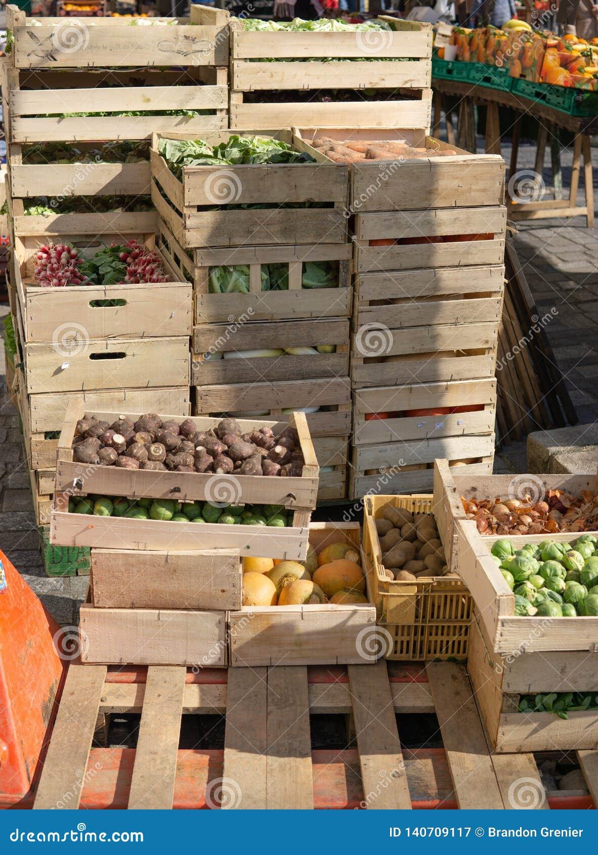 Groenten in kratten bij landbouwersmarkt klaar om worden verkocht