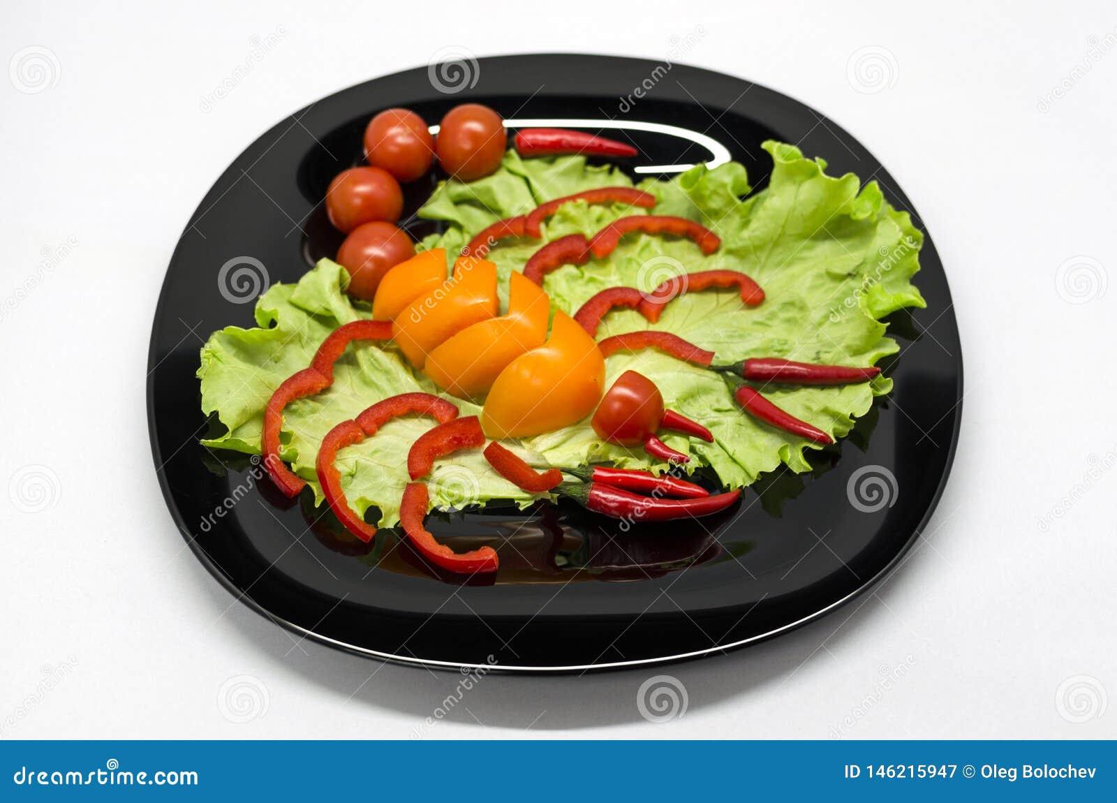 Groenten op een plaat in de vorm van een schorpioen wordt opgemaakt die