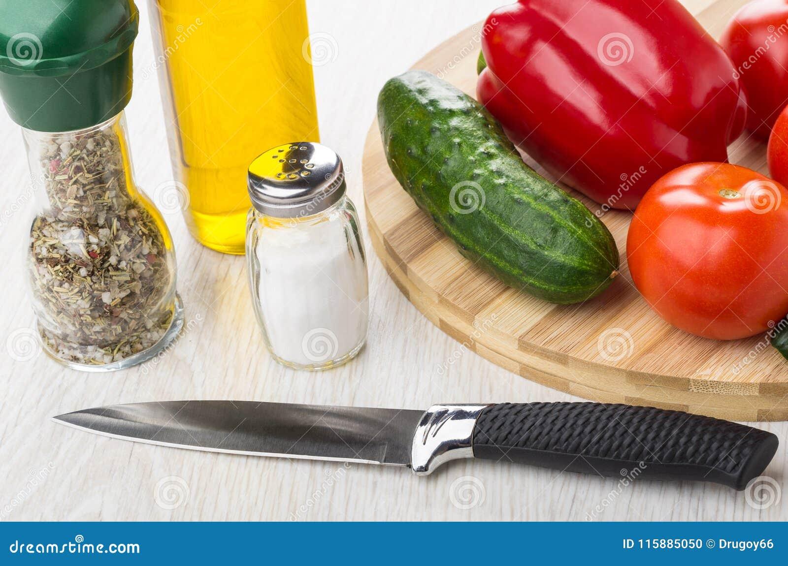 Groenten op scherpe raad, fles plantaardige olie, zout, cond