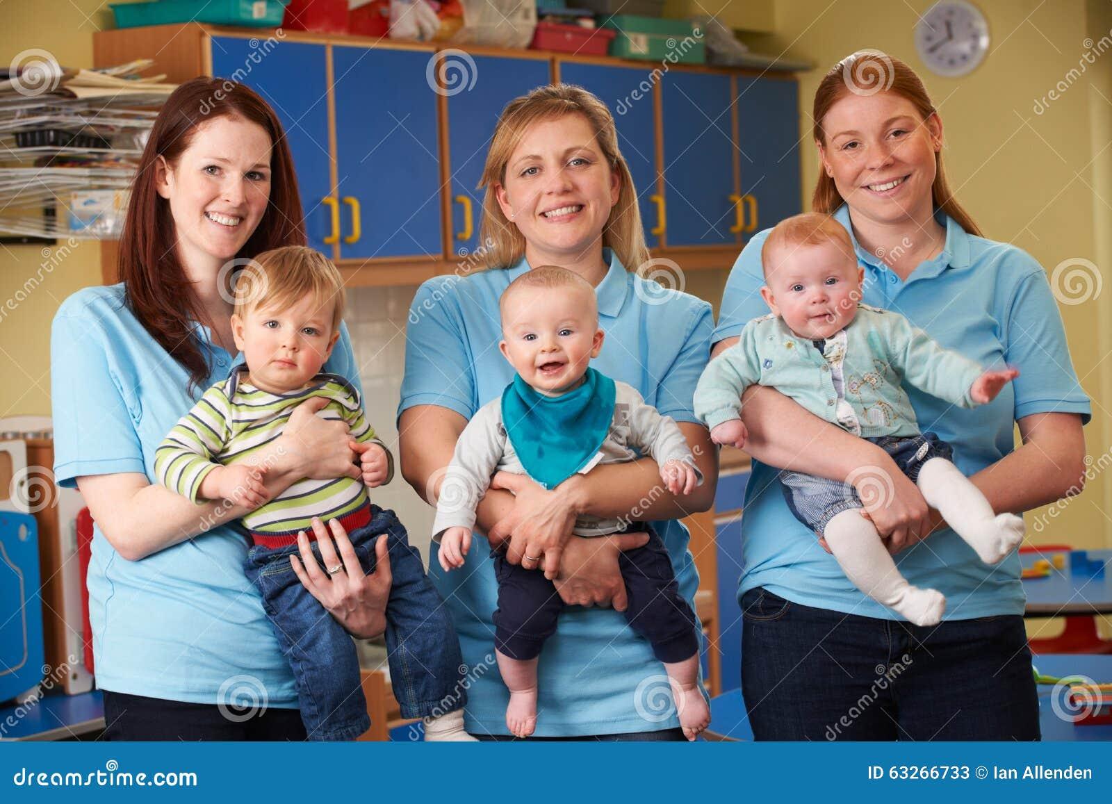 Groep Arbeiders met Babys in Kinderdagverblijf