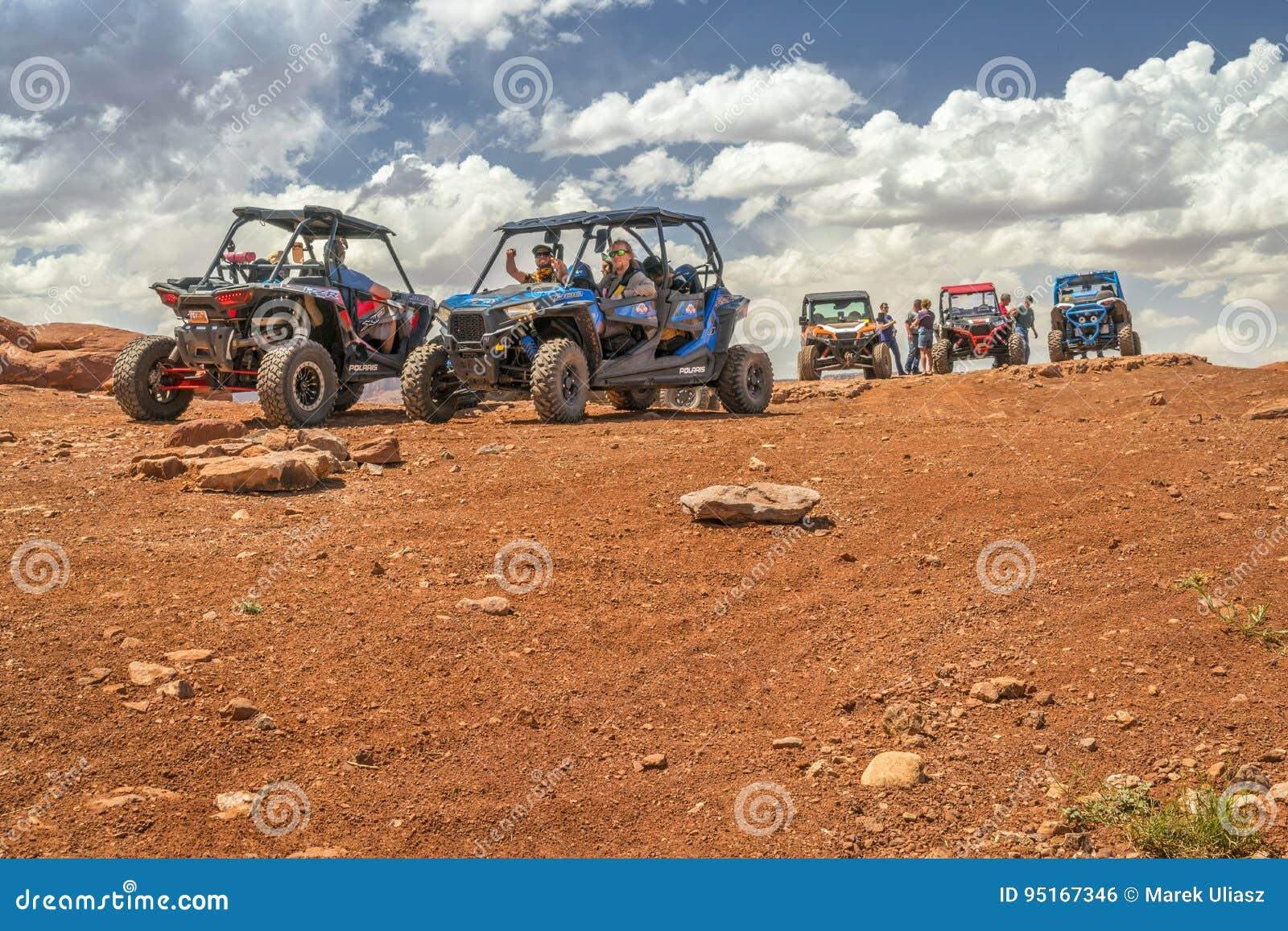 Groep ATV-ruiters bij de top van Hurrah-Pas