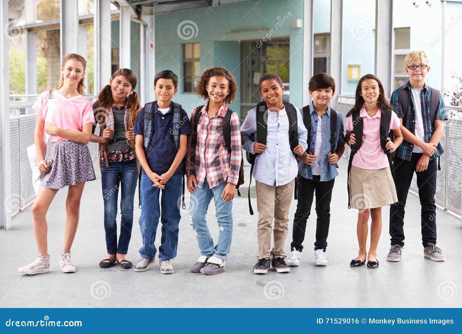 Groep basisschooljonge geitjes die uit op school hangen