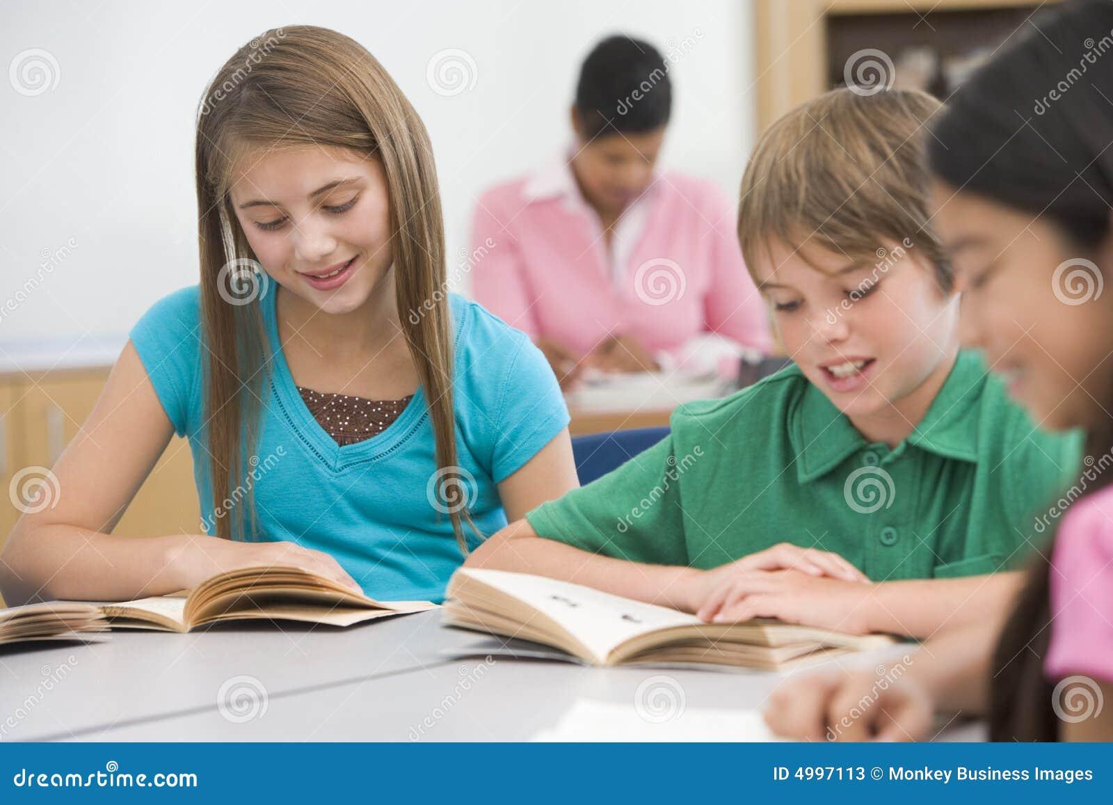 Groep basisschoolleerlingen het lezen
