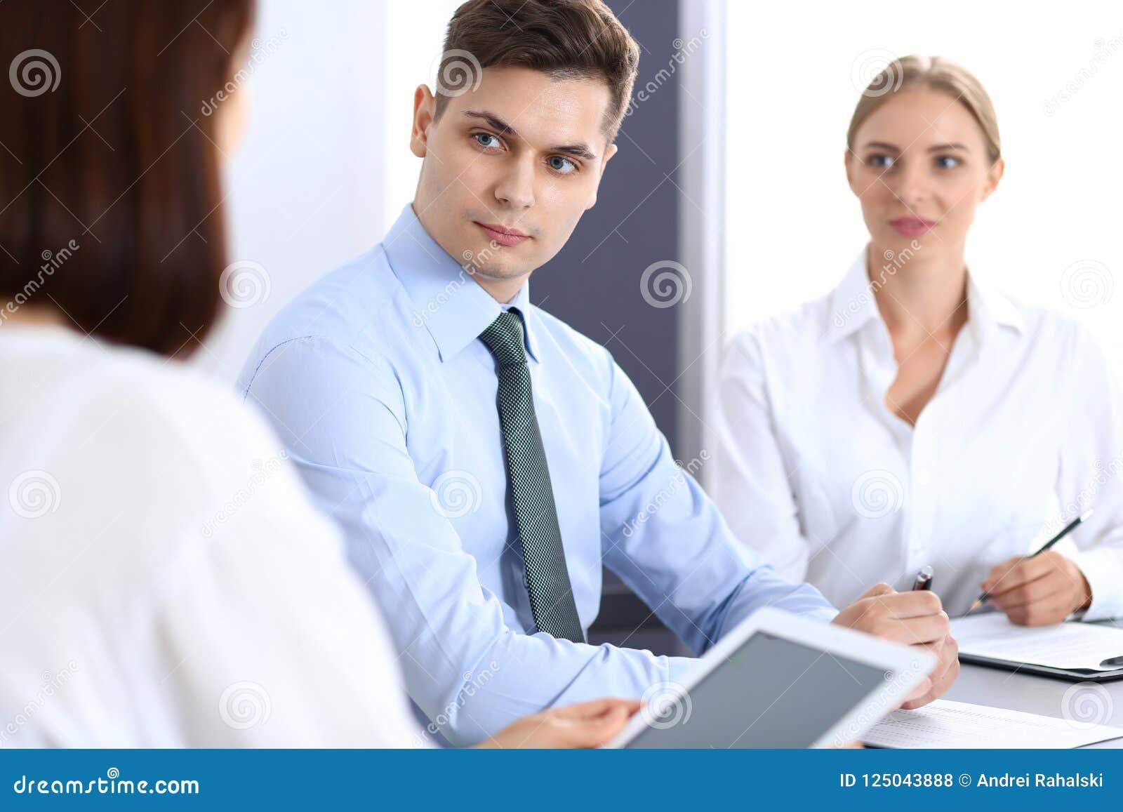 Groep bedrijfsmensen of advocaten die termijnen van transactie in bureau bespreken Vergadering en groepswerkconcept