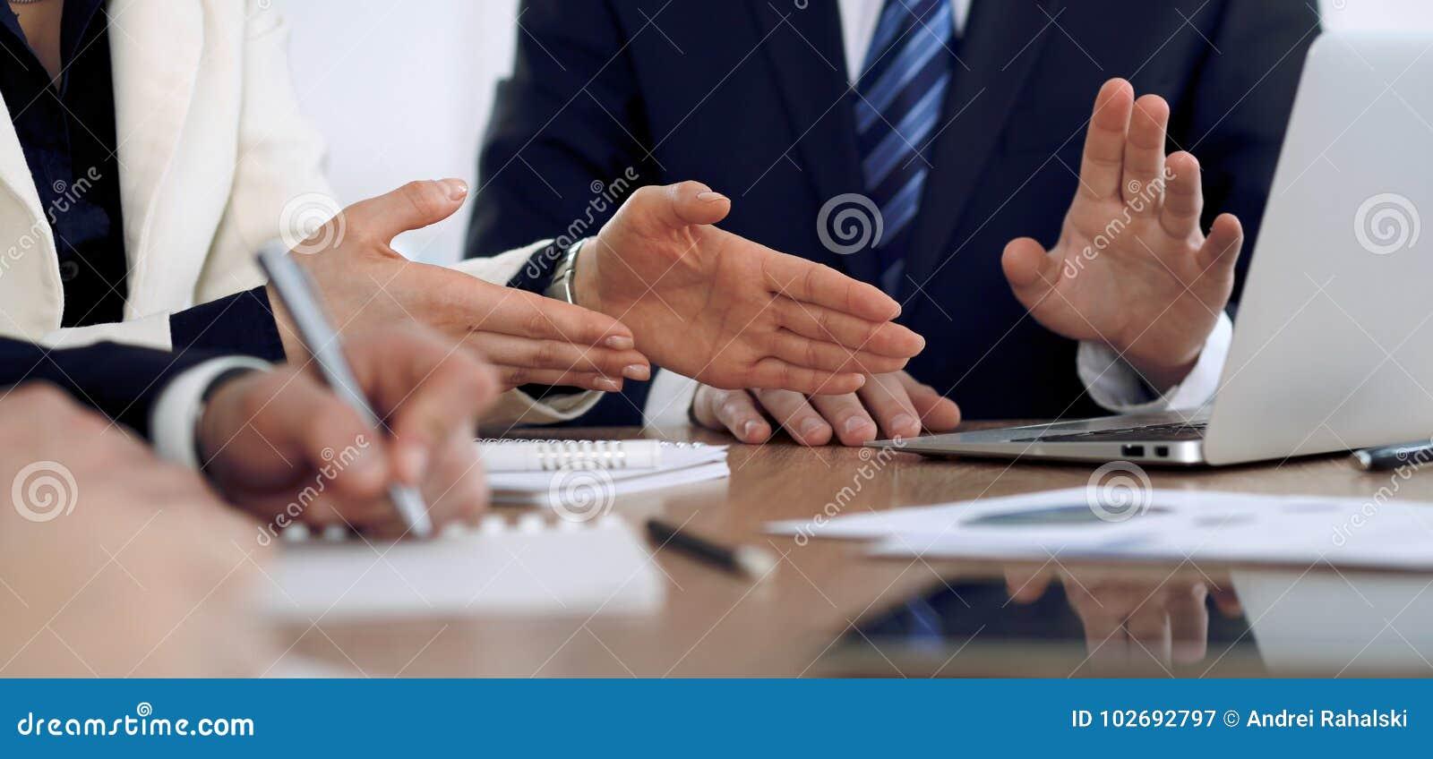 Groep bedrijfsmensen of advocaten op vergadering, handenclose-up
