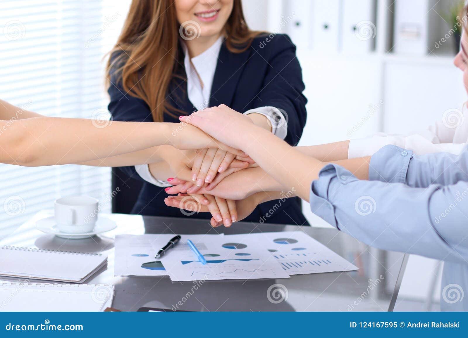 Groep bedrijfsmensen die bij handen, close-up aansluiten zich Groepswerk, samenwerkings en succesconcept mededeling
