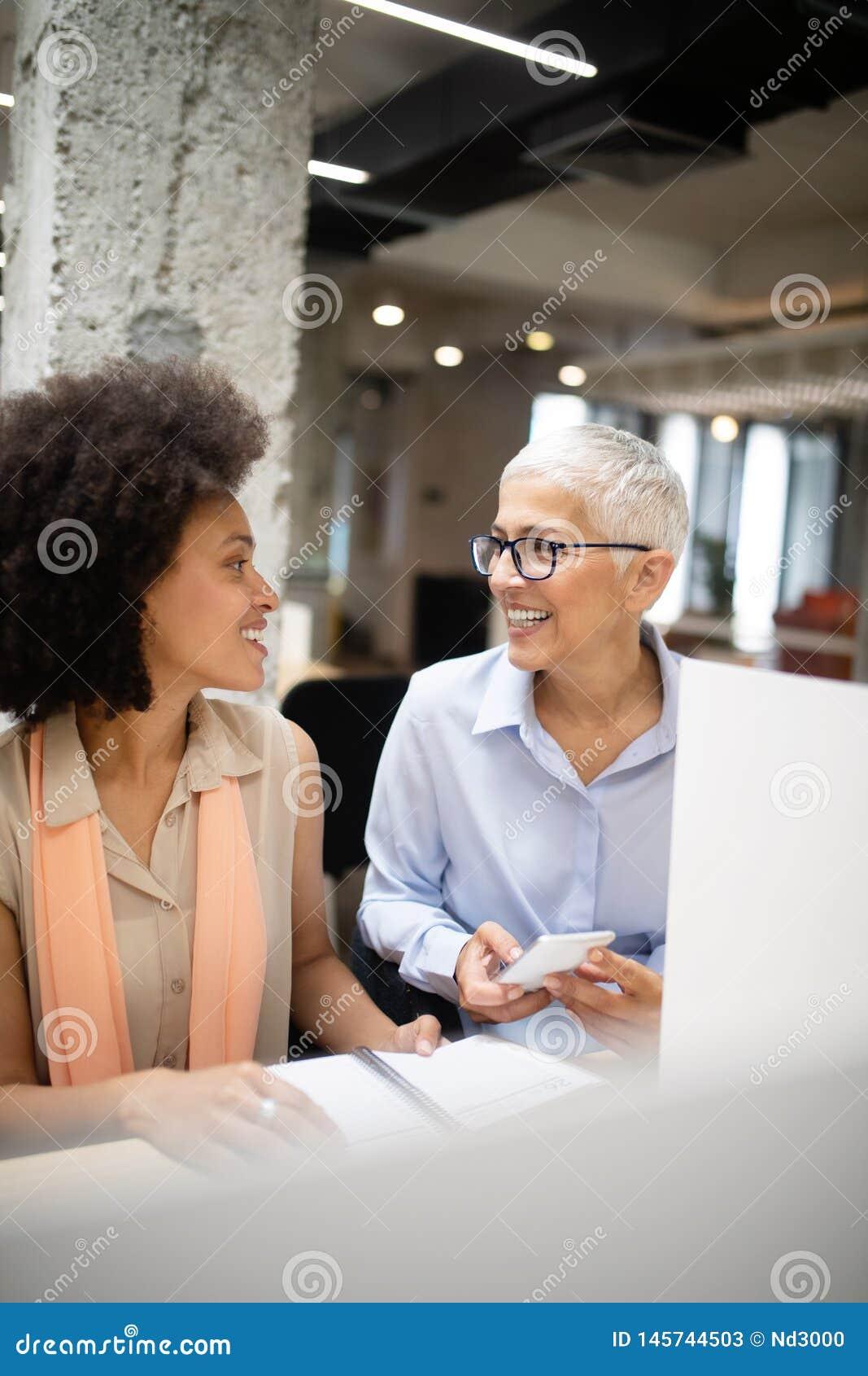 Groep bedrijfsmensen die en in bureau samen met collega s werken communiceren
