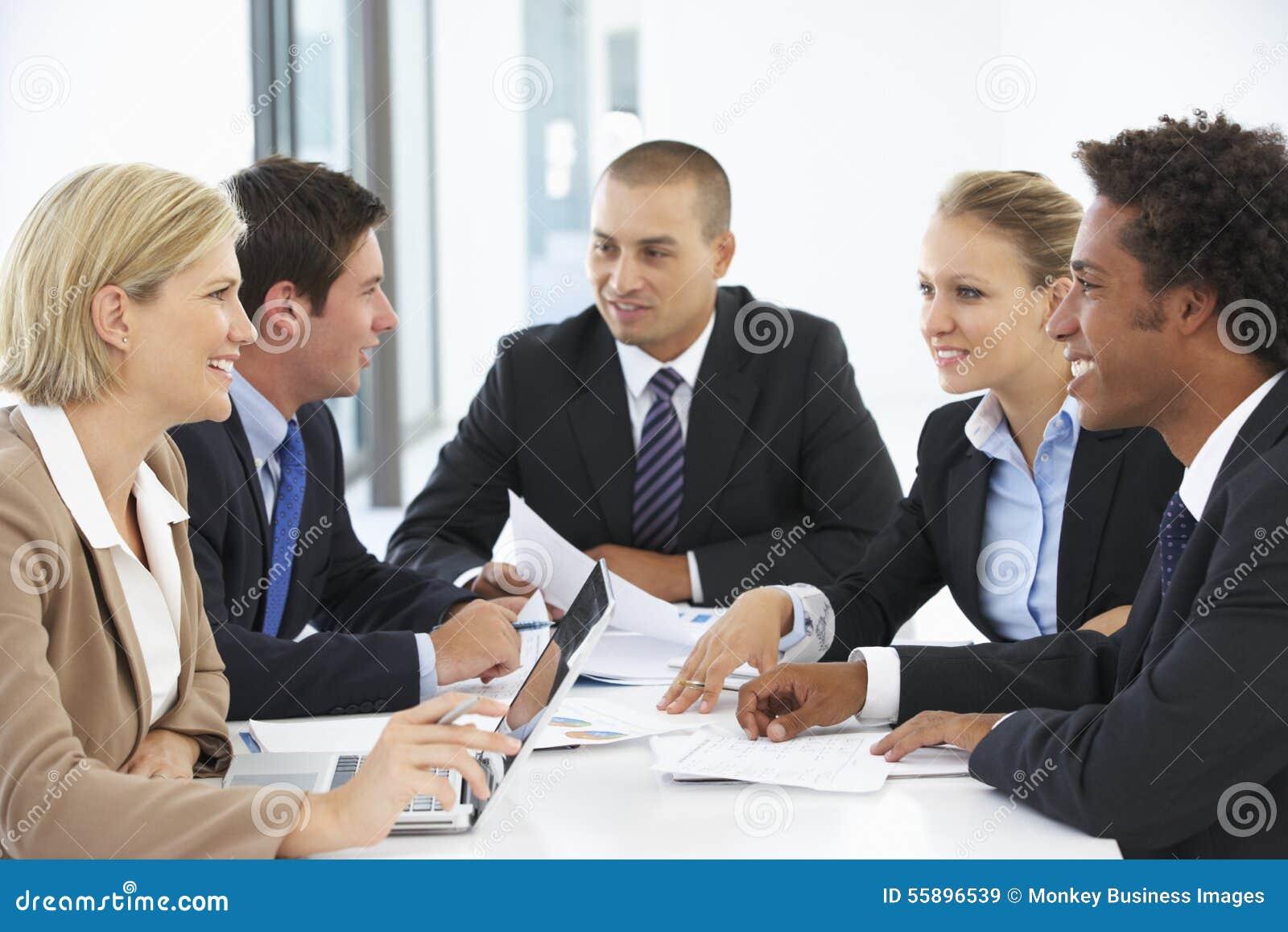 Groep bedrijfsmensen die vergadering in bureau hebben