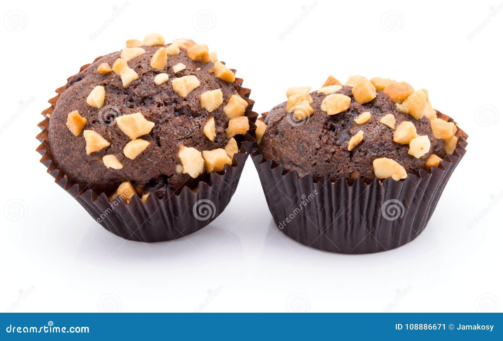 Groep chocolademuffins met notencrumbs op witte achtergrond wordt geïsoleerd die