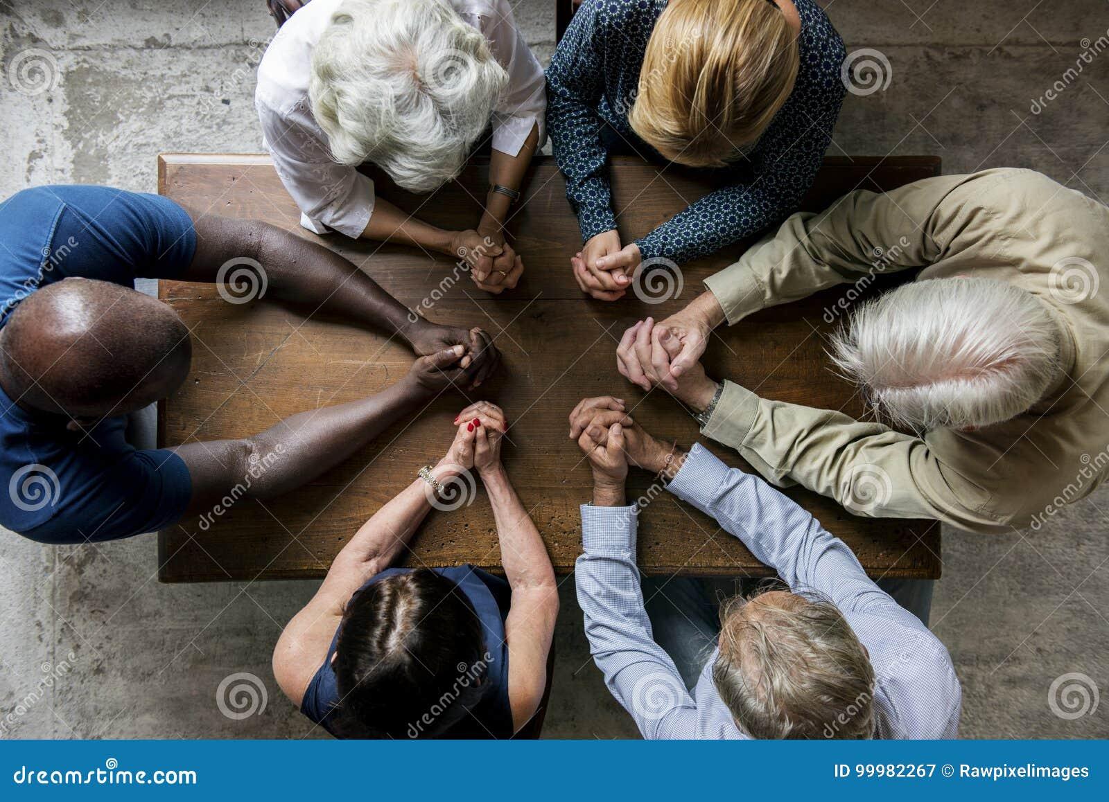 Groep christendommensen die hoop samen bidden
