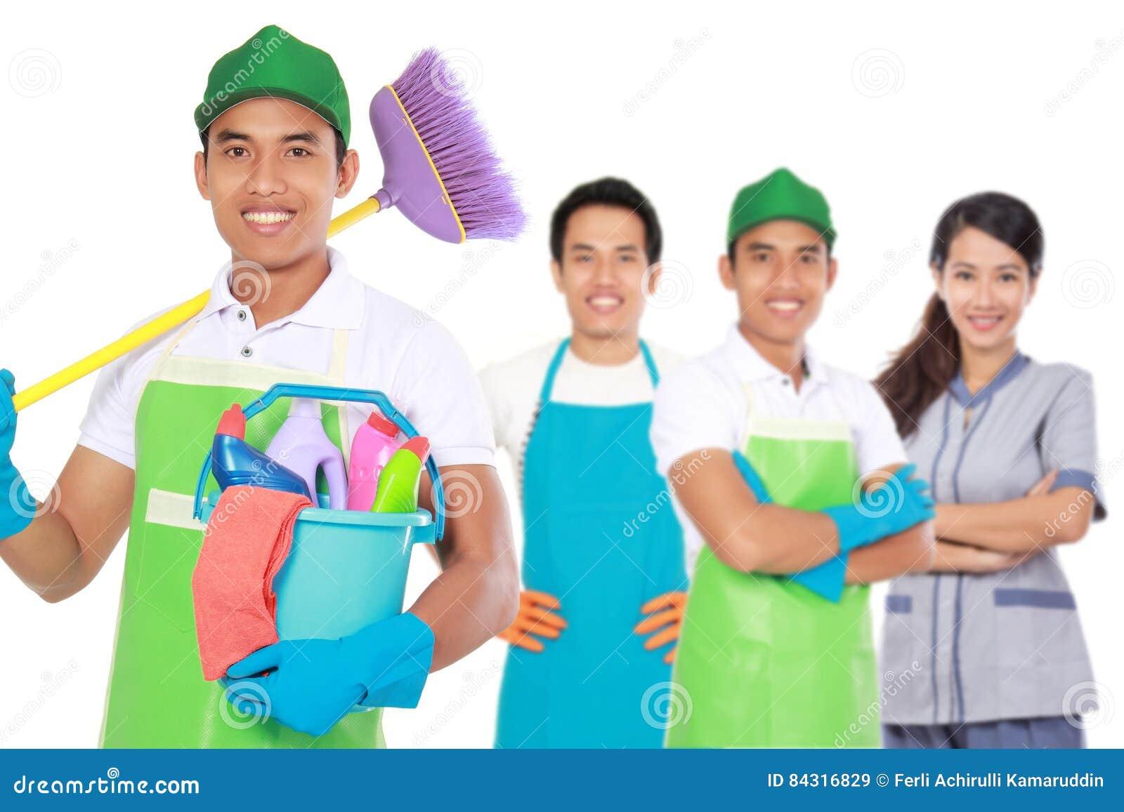 Groep de schoonmakende diensten klaar om de karweien te doen