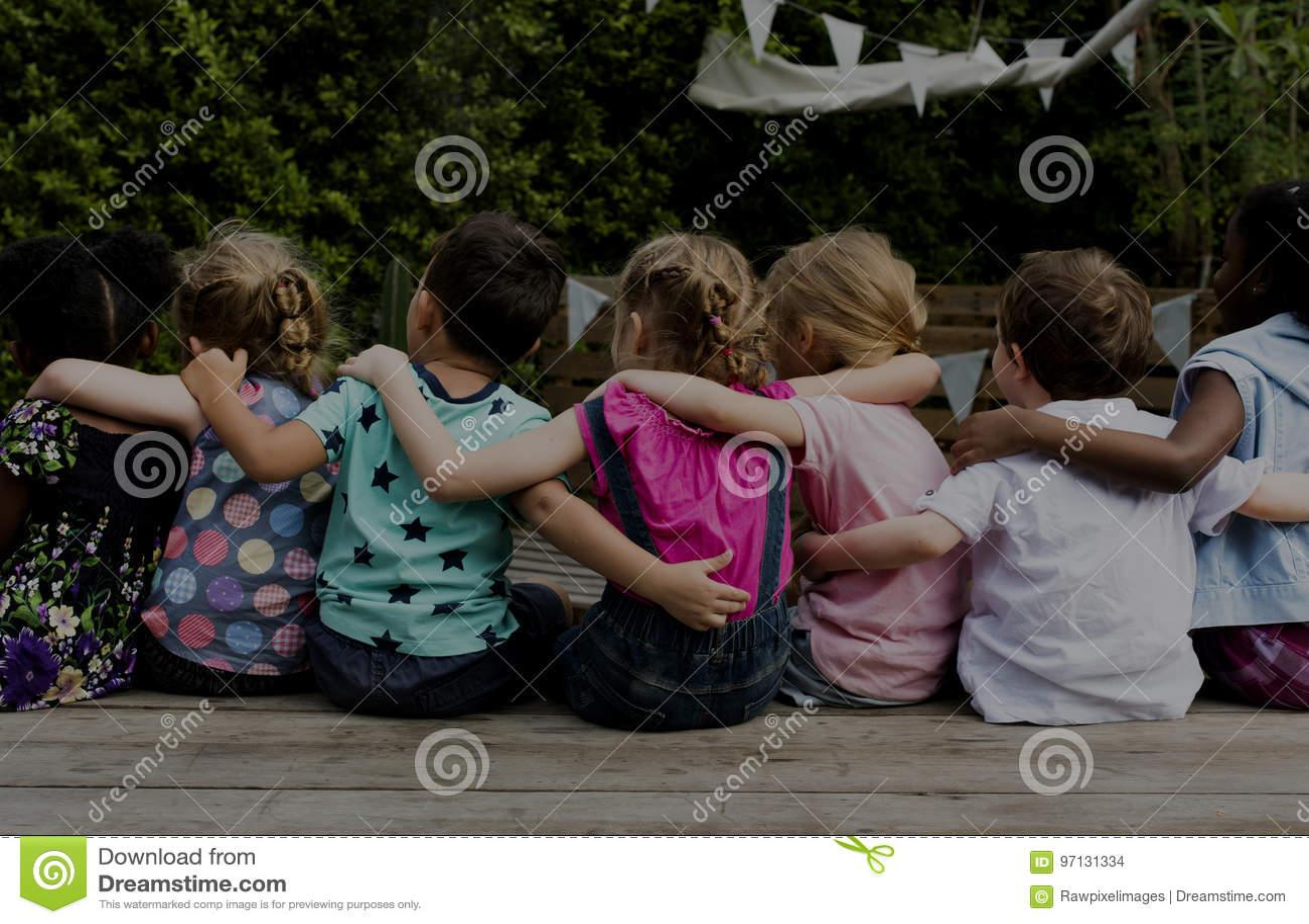 Groep de vriendenwapen van kleuterschooljonge geitjes rond samen het zitten