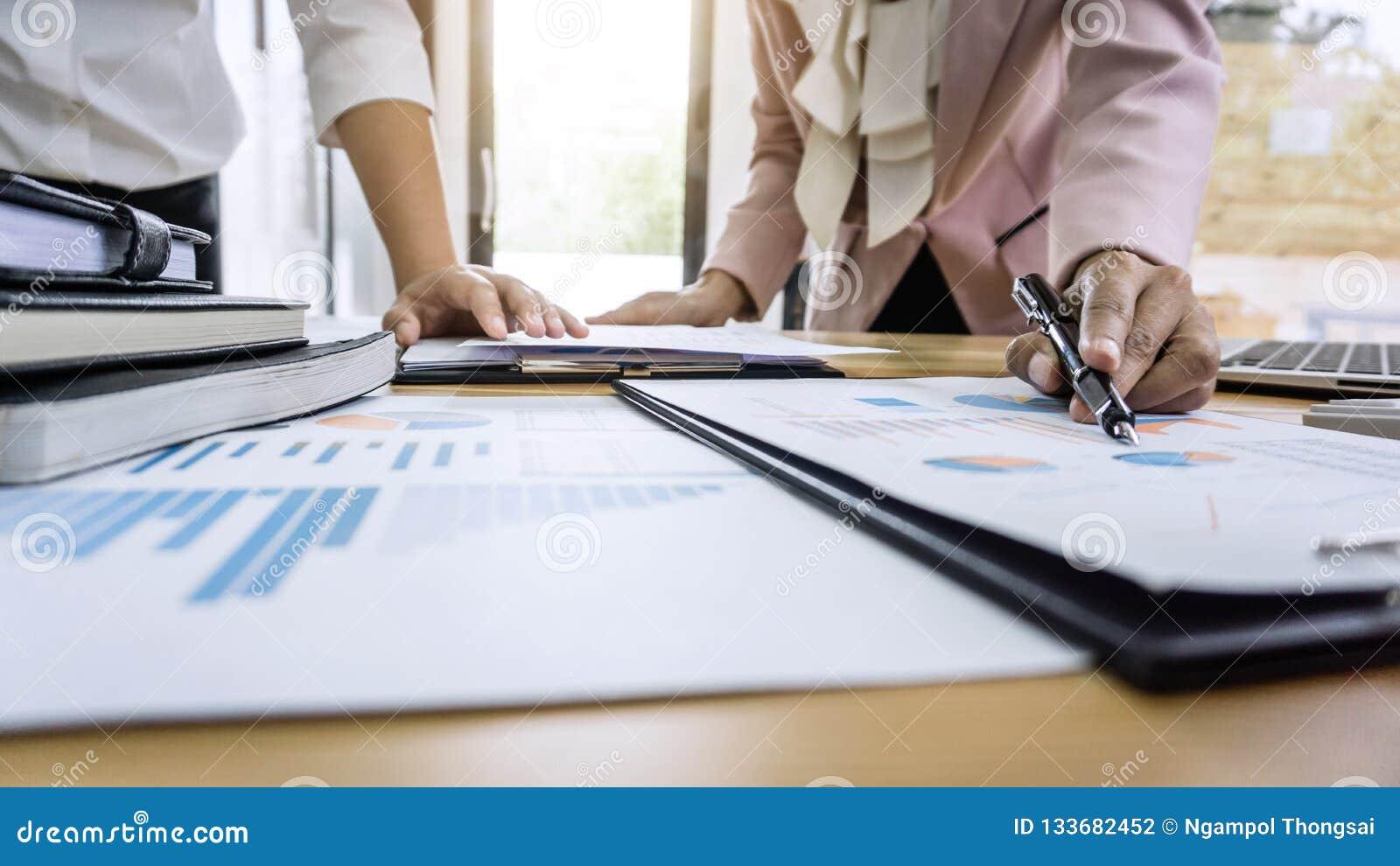 Groep die het bureau van het medewerkerswerk samen, zaken convers maken