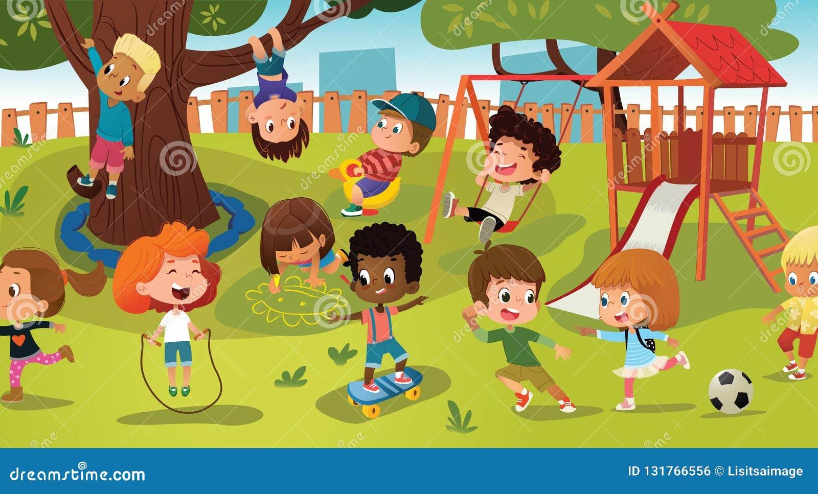 Groep die jonge geitjes spel op een openbare park of schoolspeelplaats met met schommeling, dia s, vleet, bal, kleurpotloden, kab