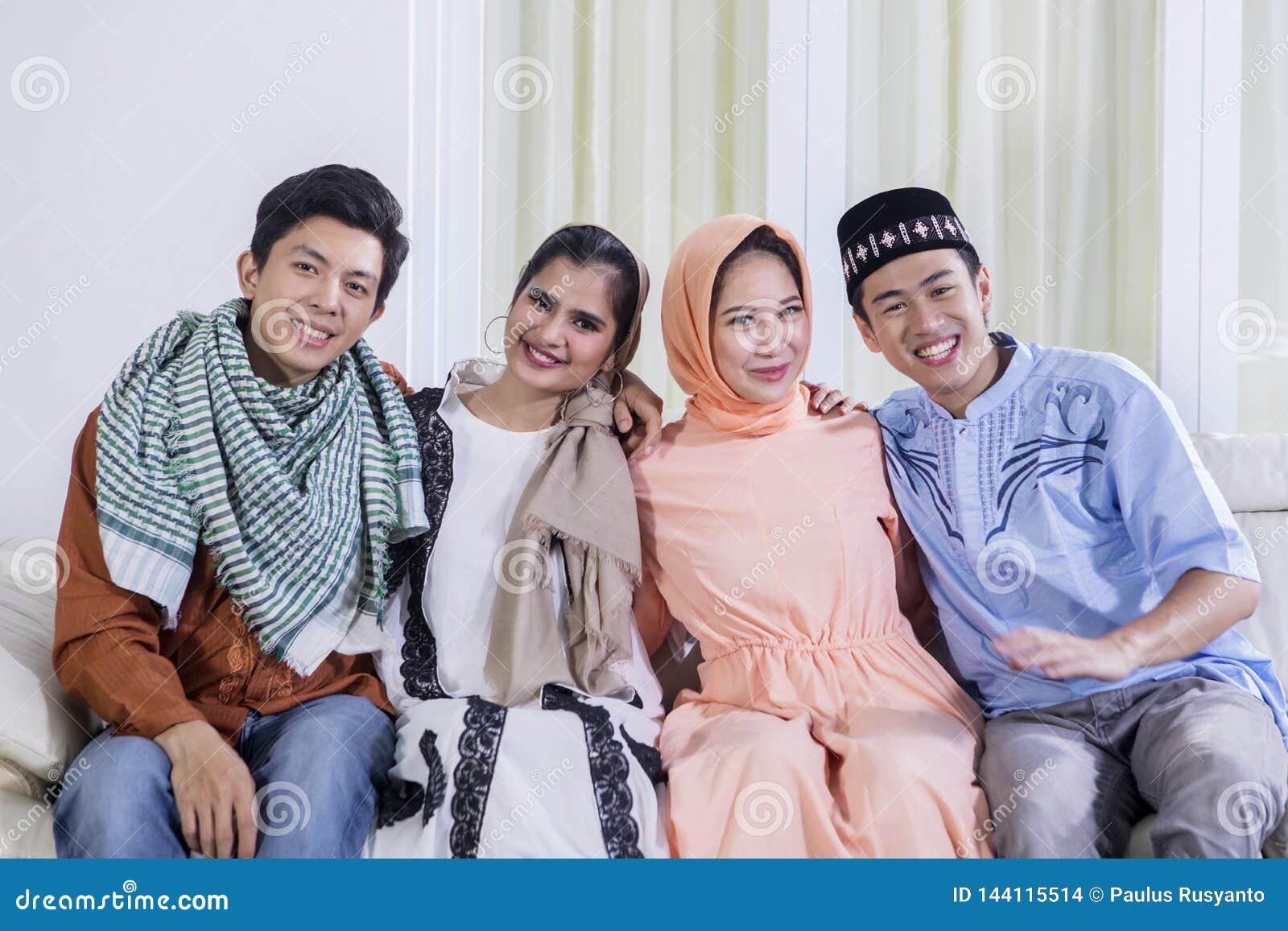 Groep die jonge Moslim bij de camera glimlachen