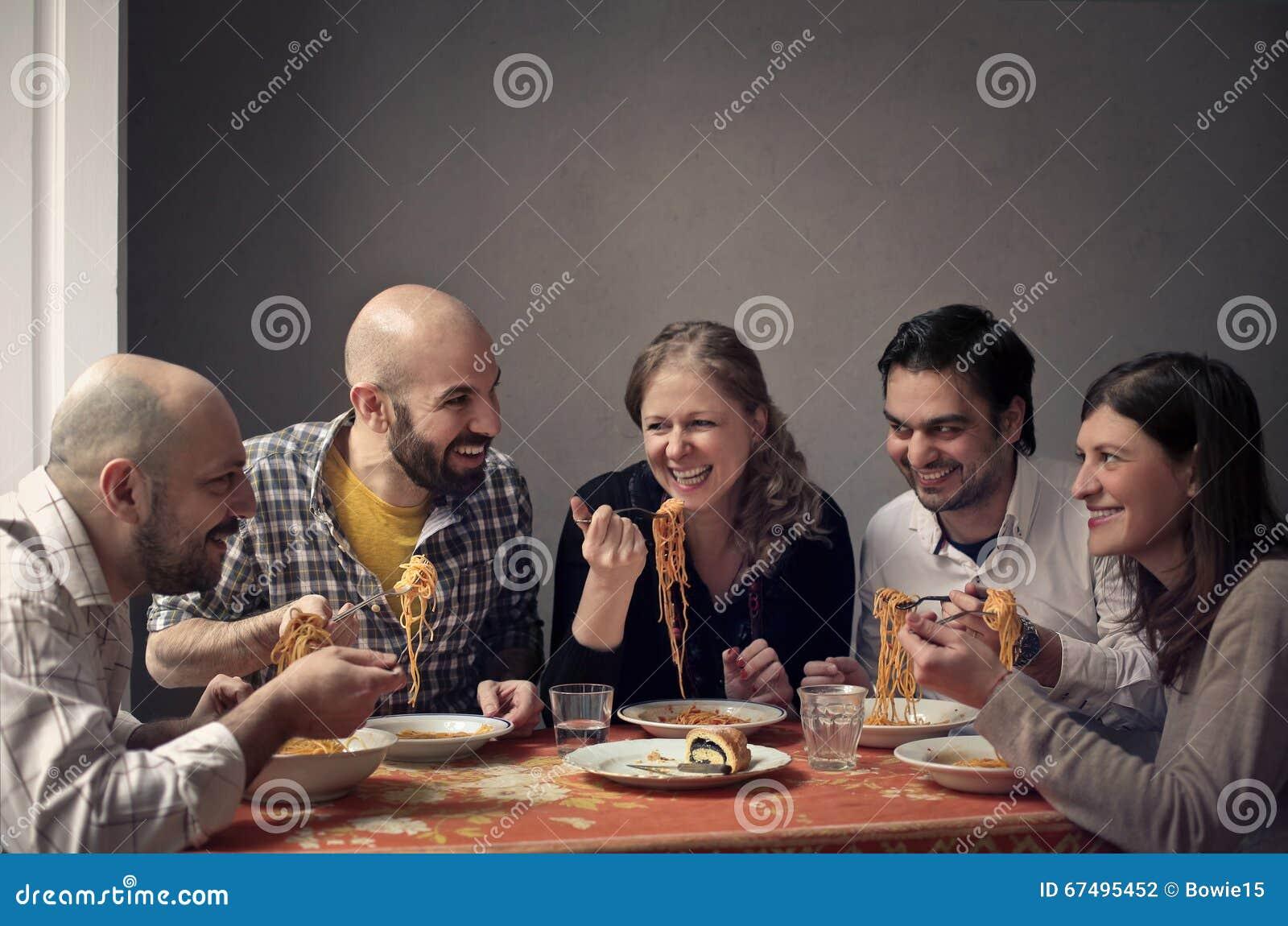 Groep die mensen een familielunch hebben