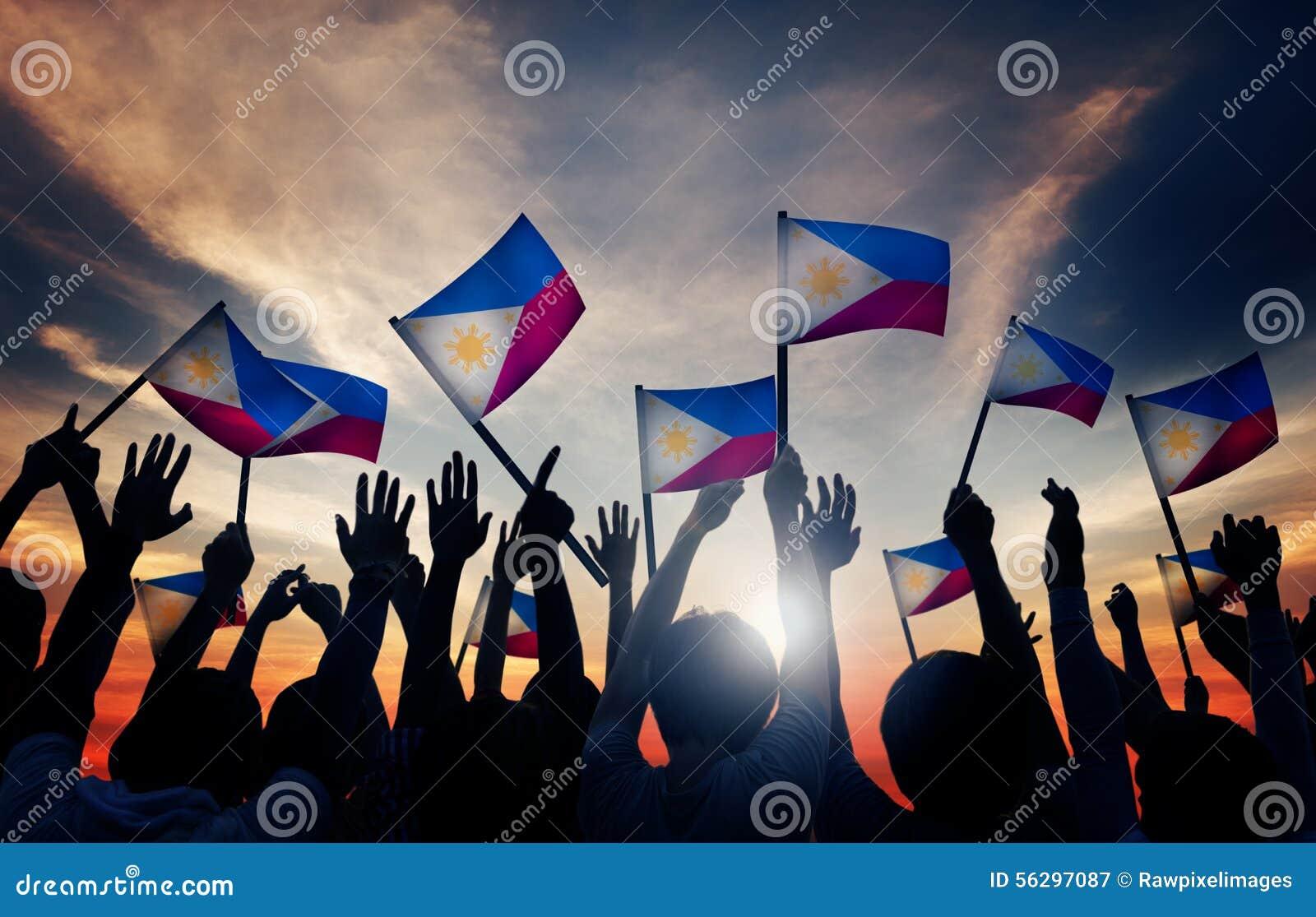 Groep die Mensen Filipijnse Vlaggen in Achterlit golft