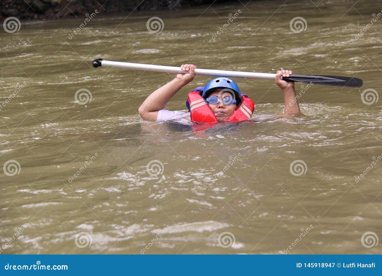 Groep die mensen het rafting op een rivier spelen die een zware stroom heeft,