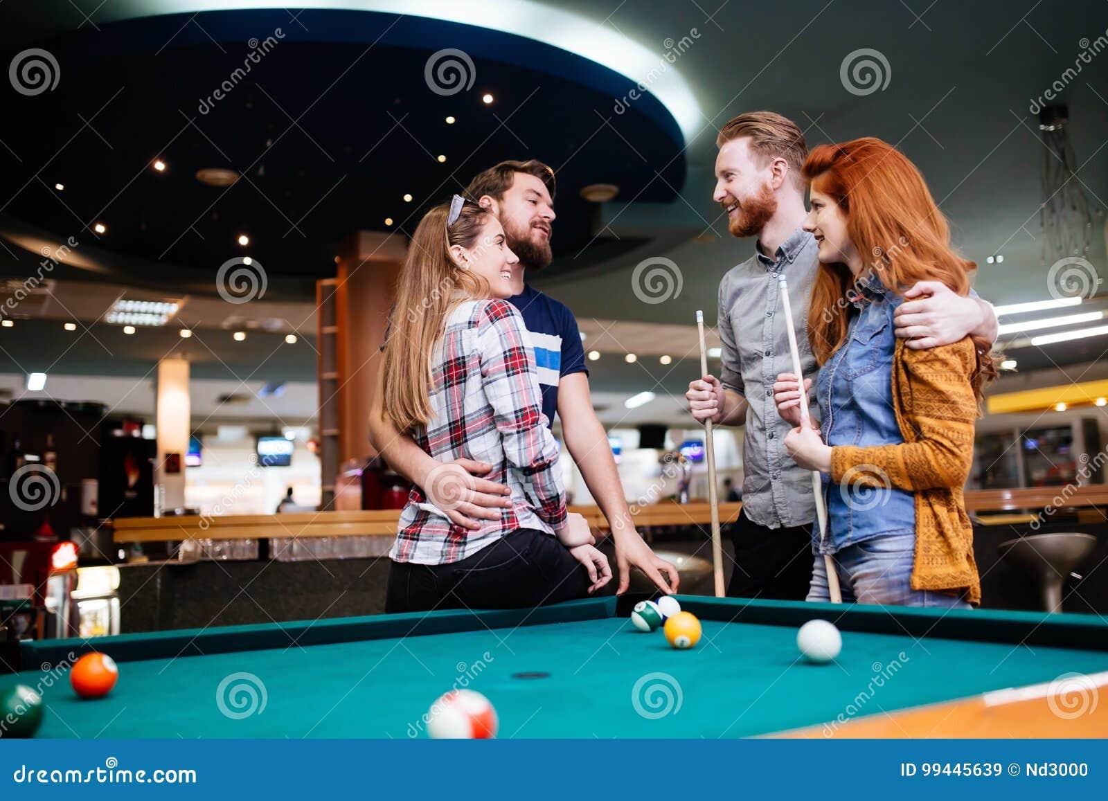 Groep die mensen snooker spelen