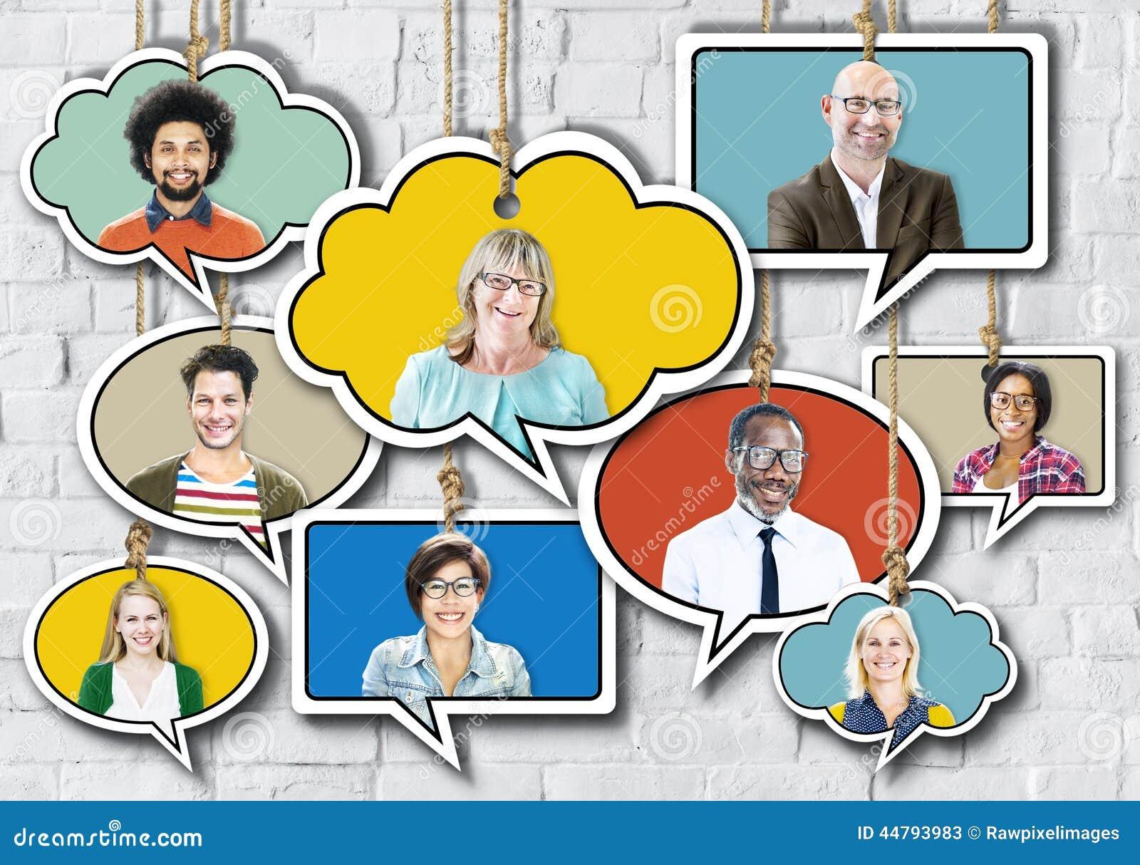 Groep die Mensen in Toespraakbel glimlachen op Bakstenen muur