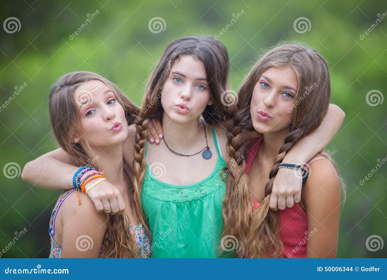 Groep die tienerjaren kussen blazen