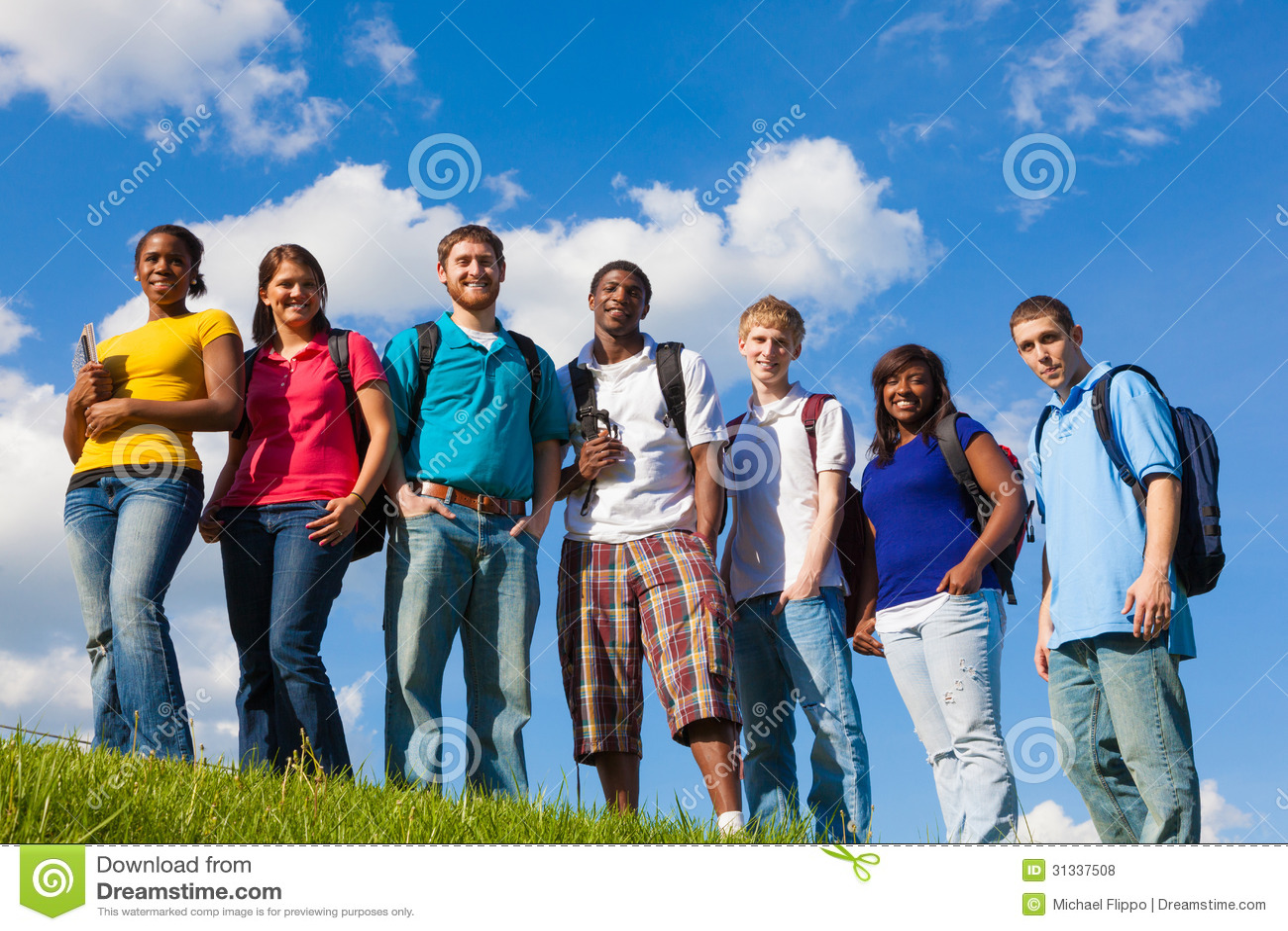 Groep diverse studenten/vrienden buiten