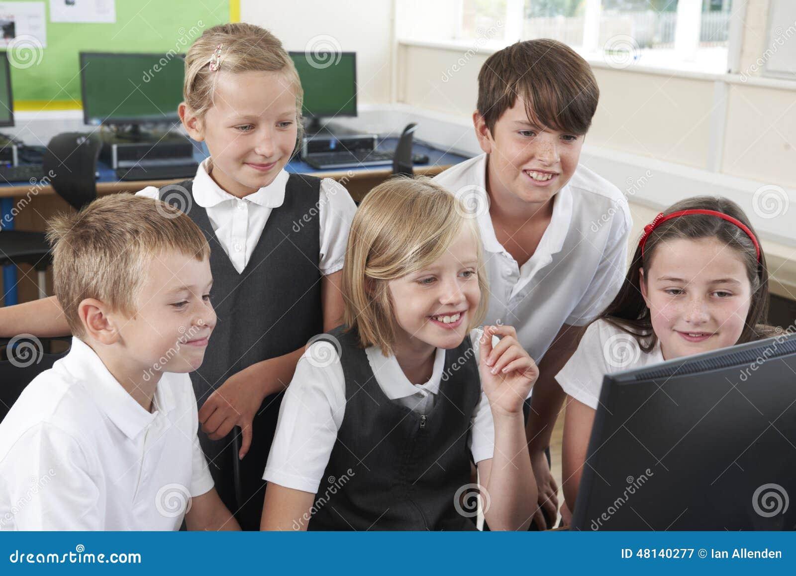 Groep Elementaire Scholieren in Computerklasse