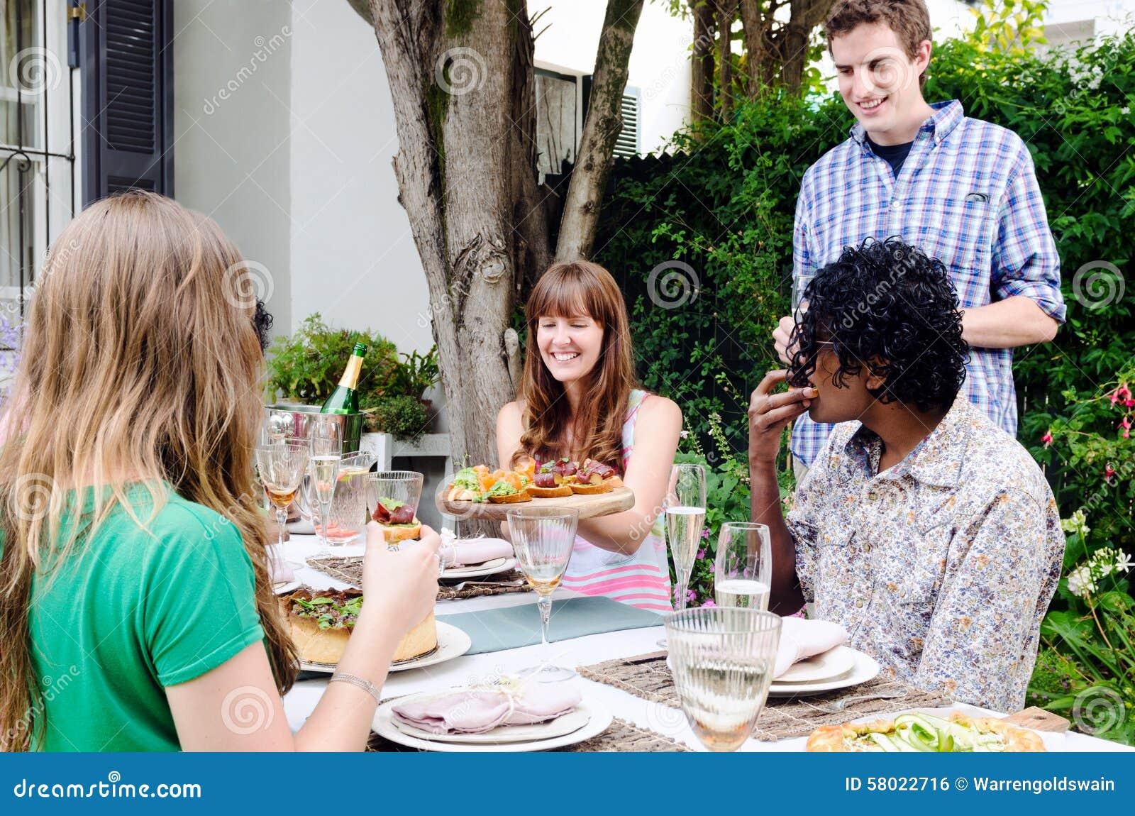 Groep en vrienden die glimlachen lachen